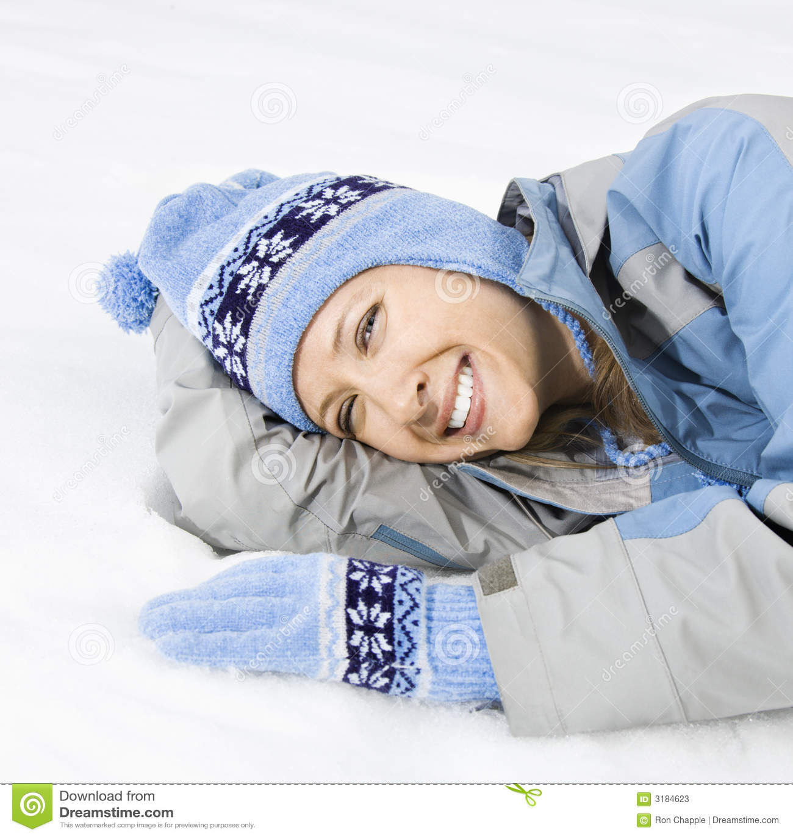 Atrakcyjna kobieta śniegu