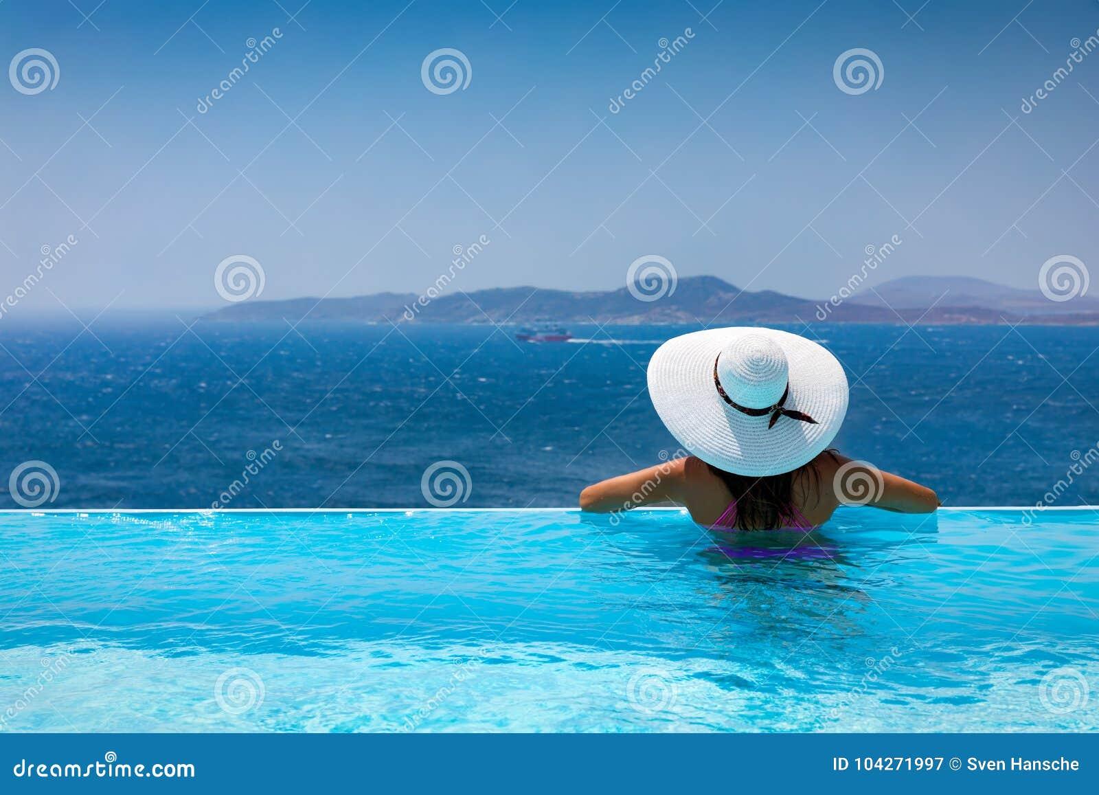 Atrakcyjna kobieta cieszy się widok od basenu morze śródziemnomorskie