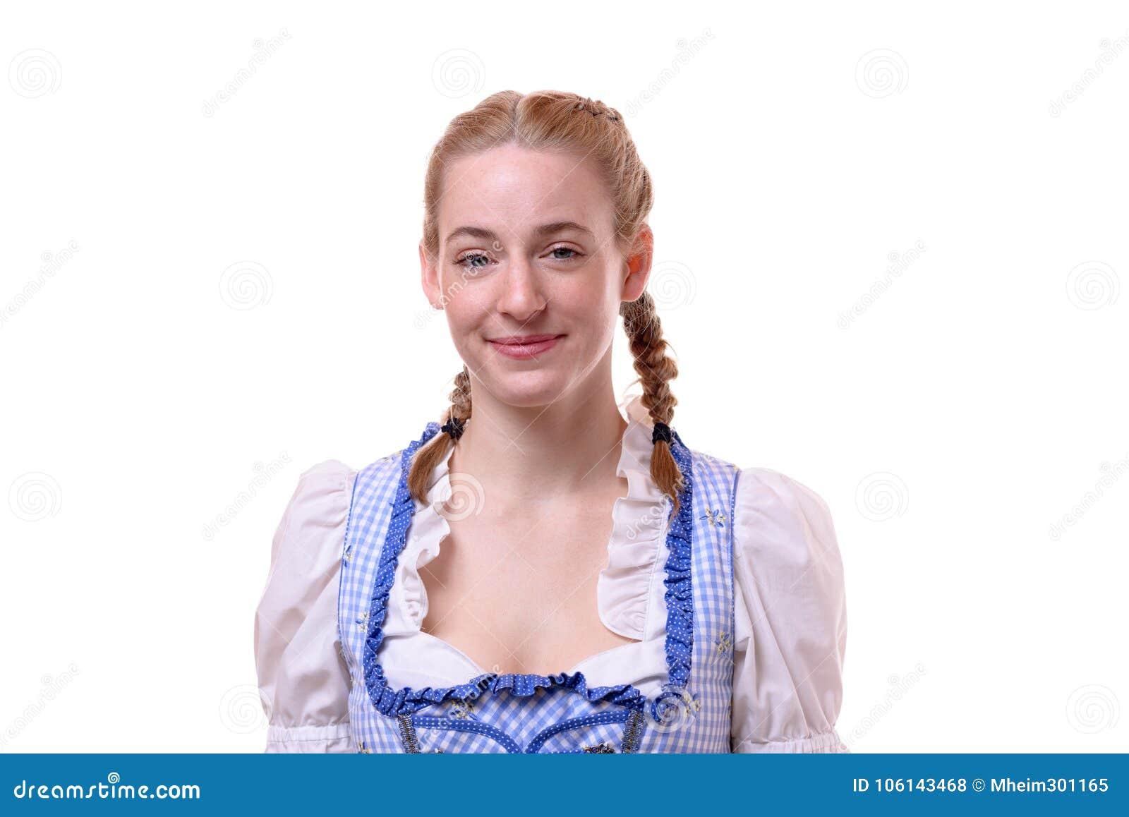 Atrakcyjna kobieta jest ubranym tradycyjnego Dirndl