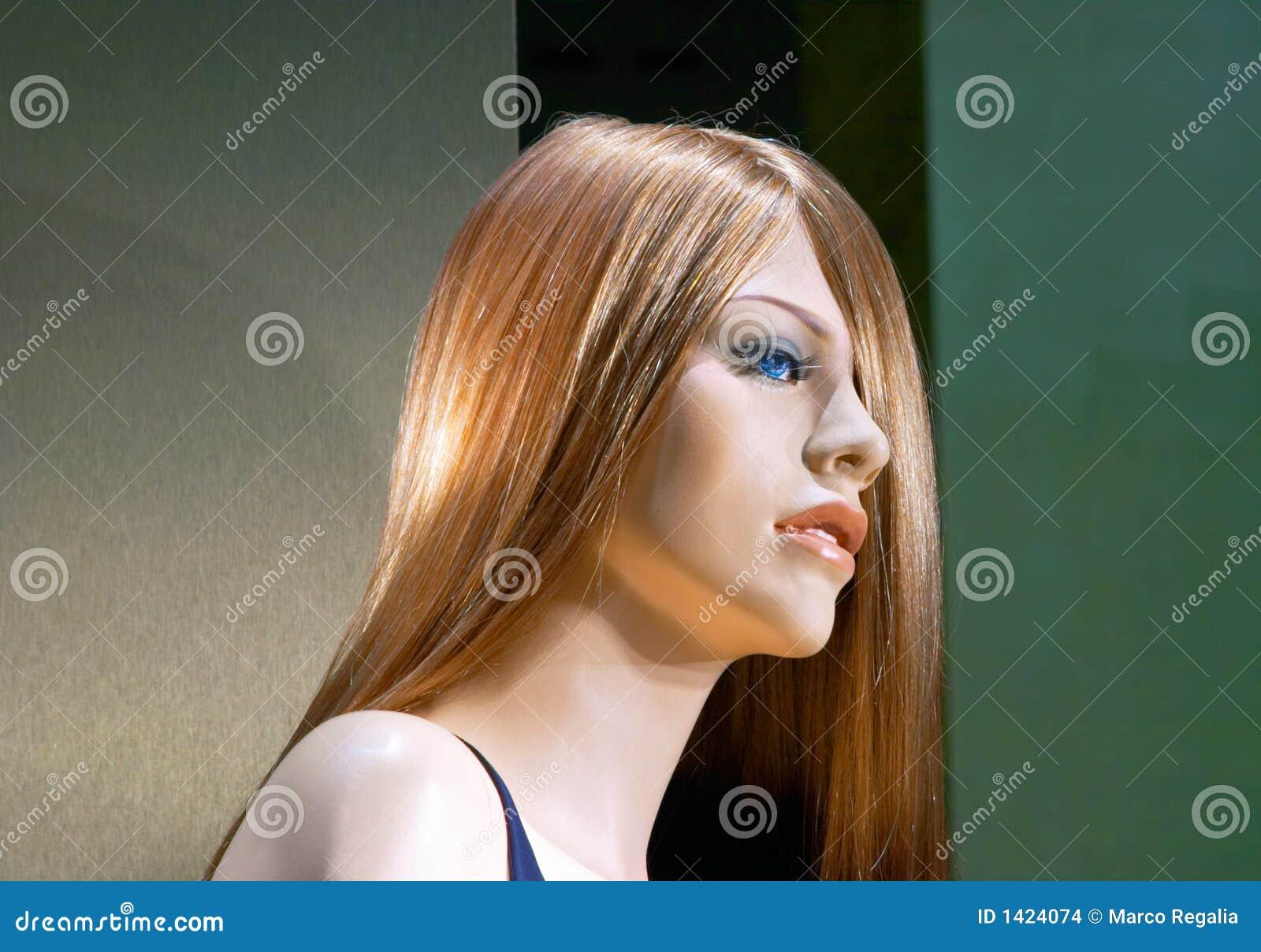 Atrakcyjna kobieta manekina