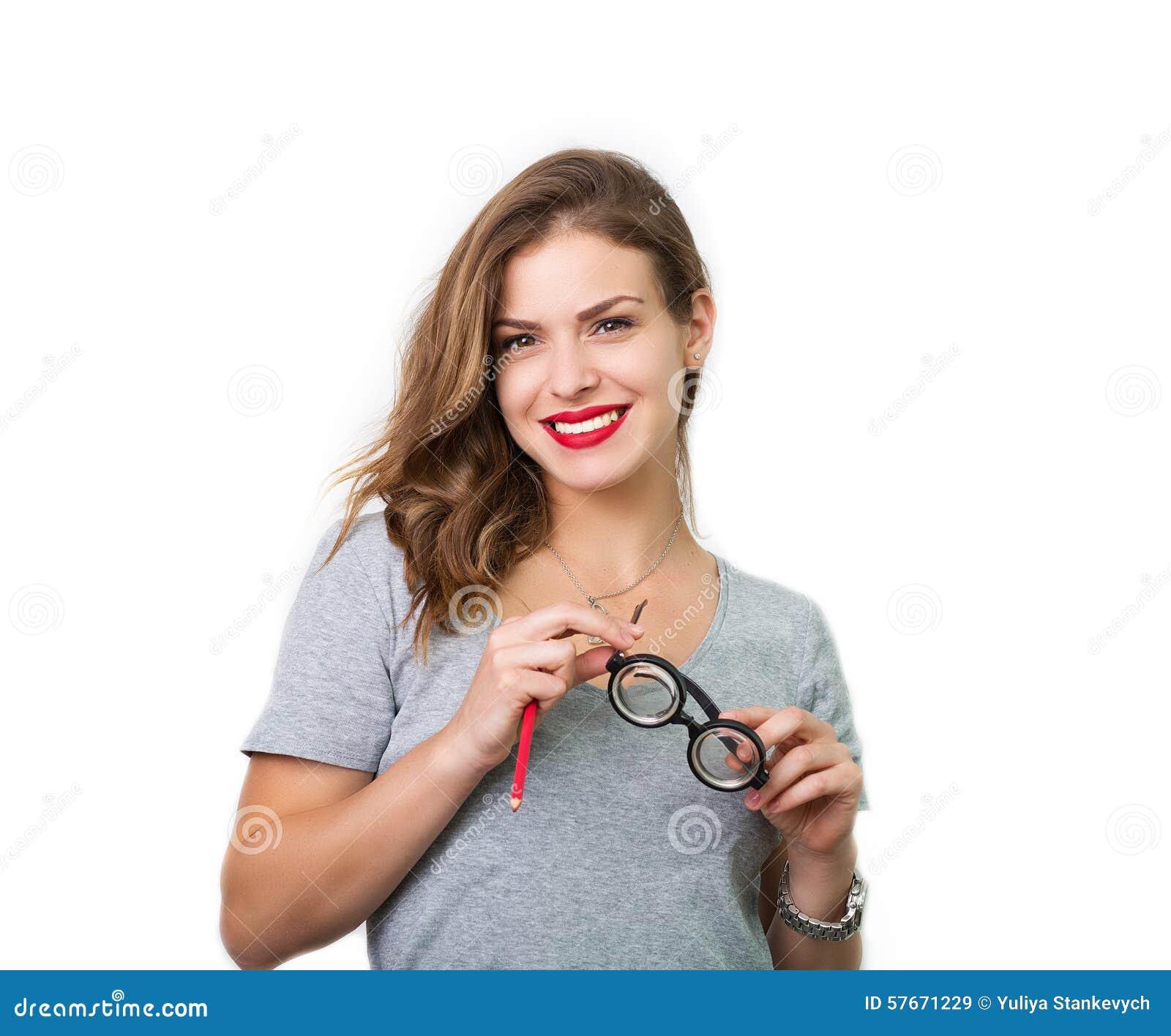 Atrakcyjna kobieta z czytelniczymi szkłami