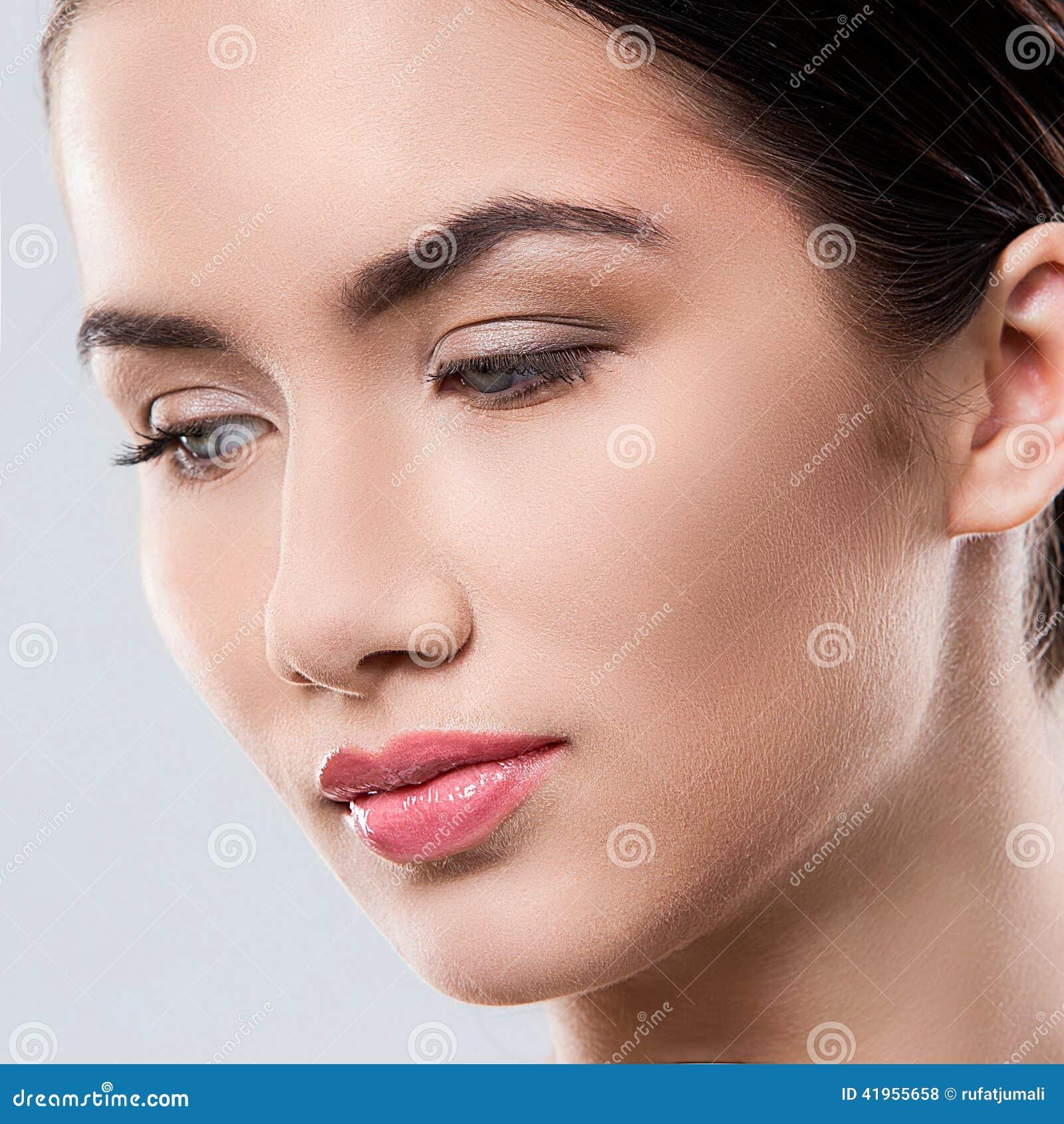 Atrakcyjna kobieta z piękną twarzą
