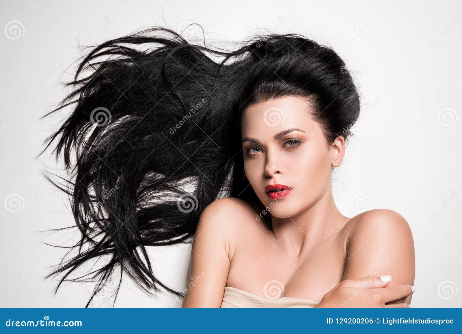 Atrakcyjna kobieta z pięknym opanowanym włosy