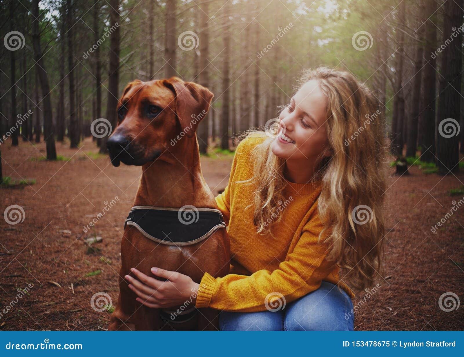 Atrakcyjna młoda kobieta kocha jej posłusznego psa