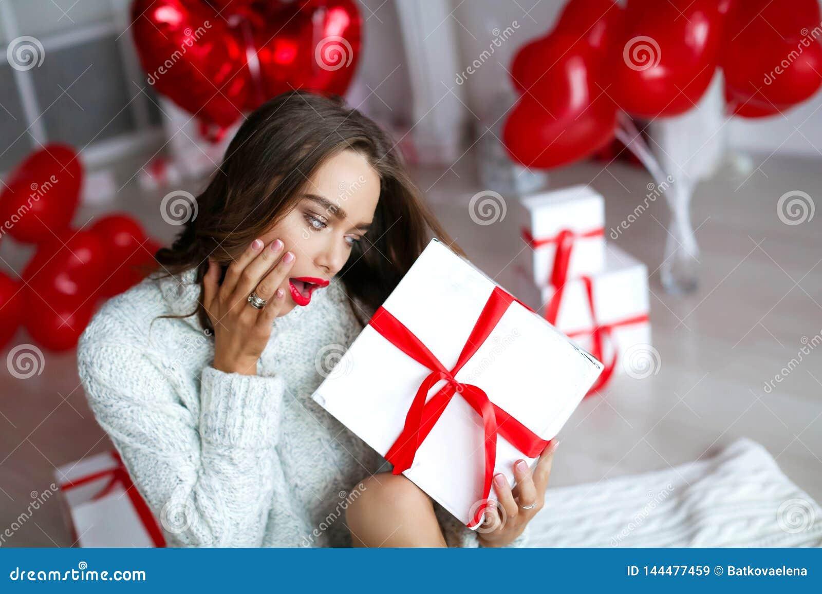 Atrakcyjna piękna, seksowna kobieta z i Z makeup przy urodziny lub valentines dnia mienia prezentem