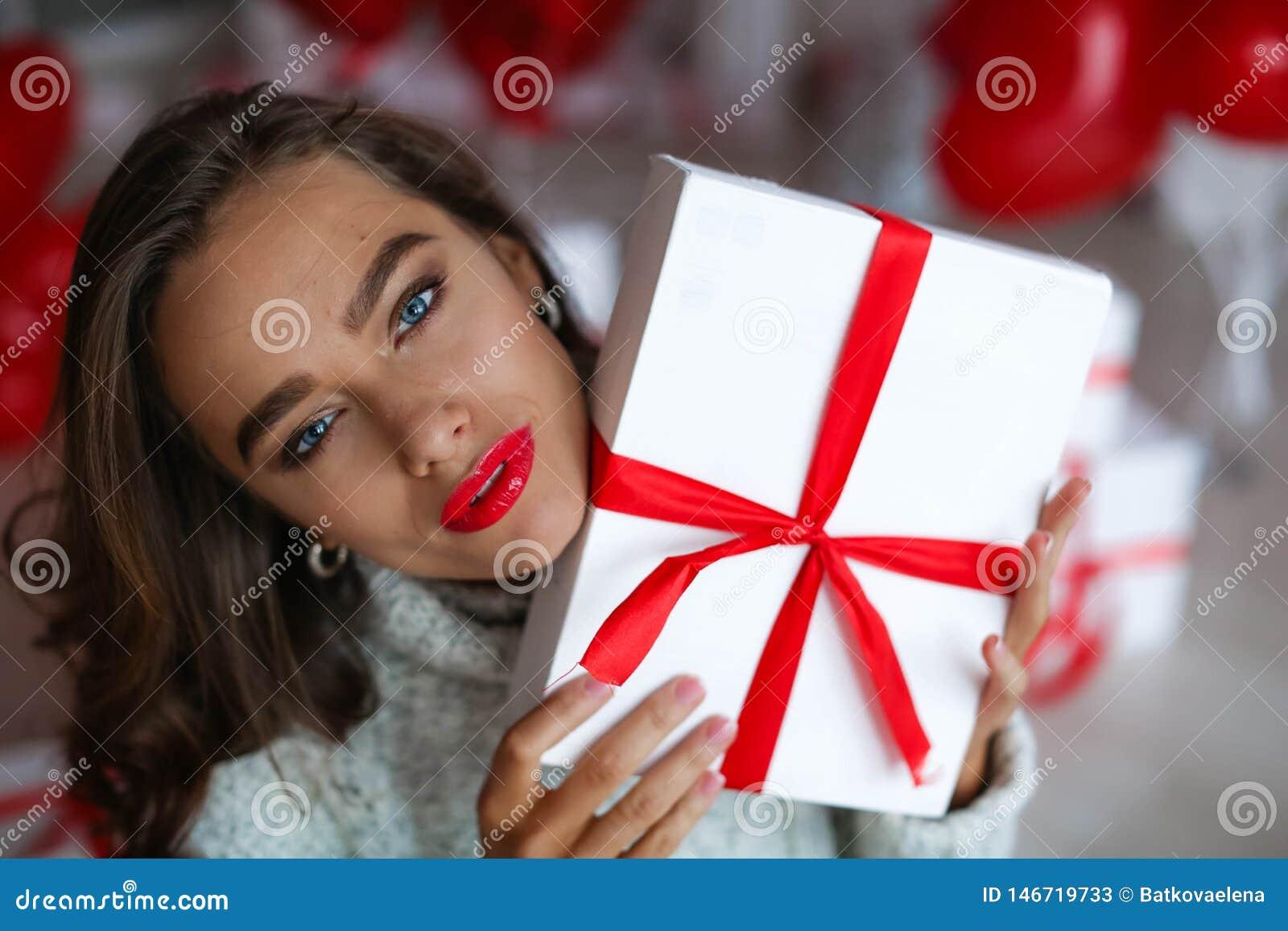 Atrakcyjna pi?kna, seksowna kobieta z i Z makeup przy urodziny lub valentines dnia mienia prezentem