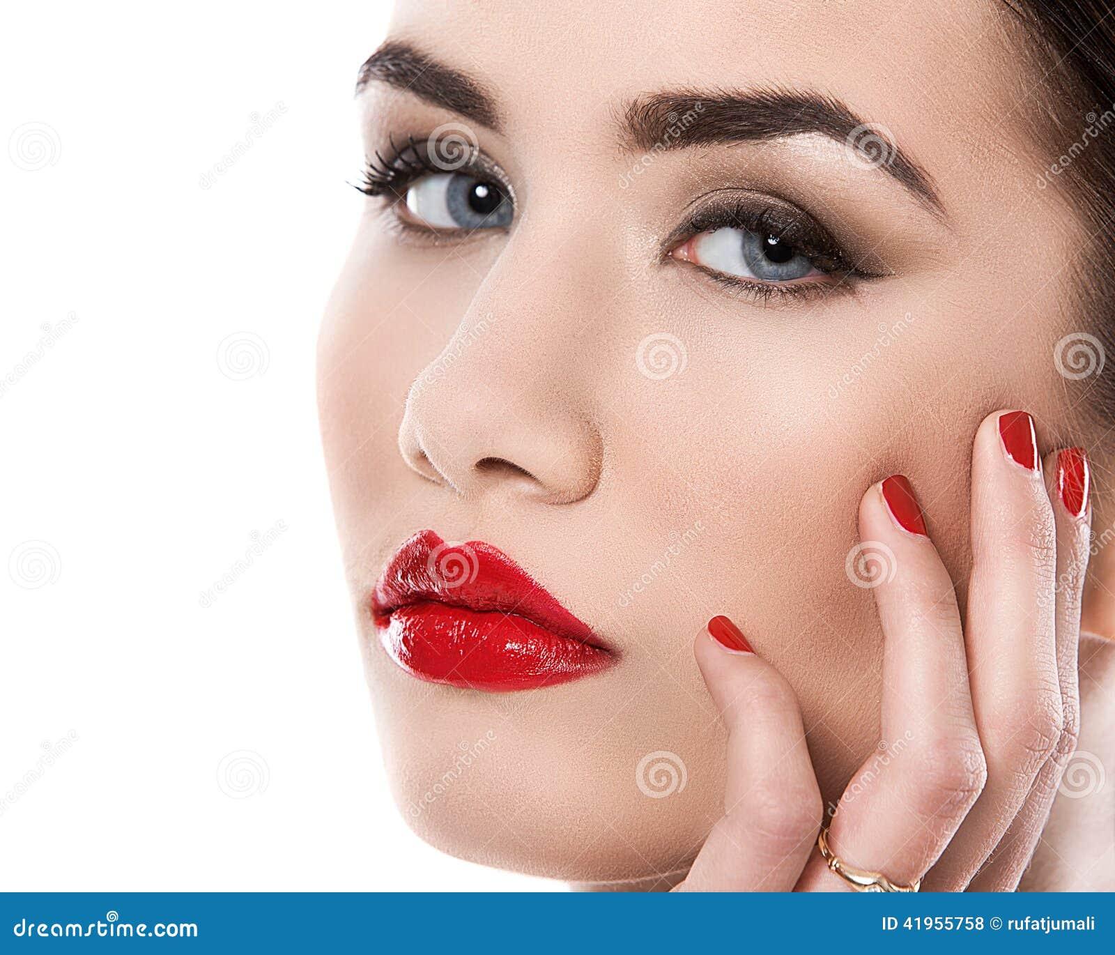 Atrakcyjna pomadki czerwieni kobieta