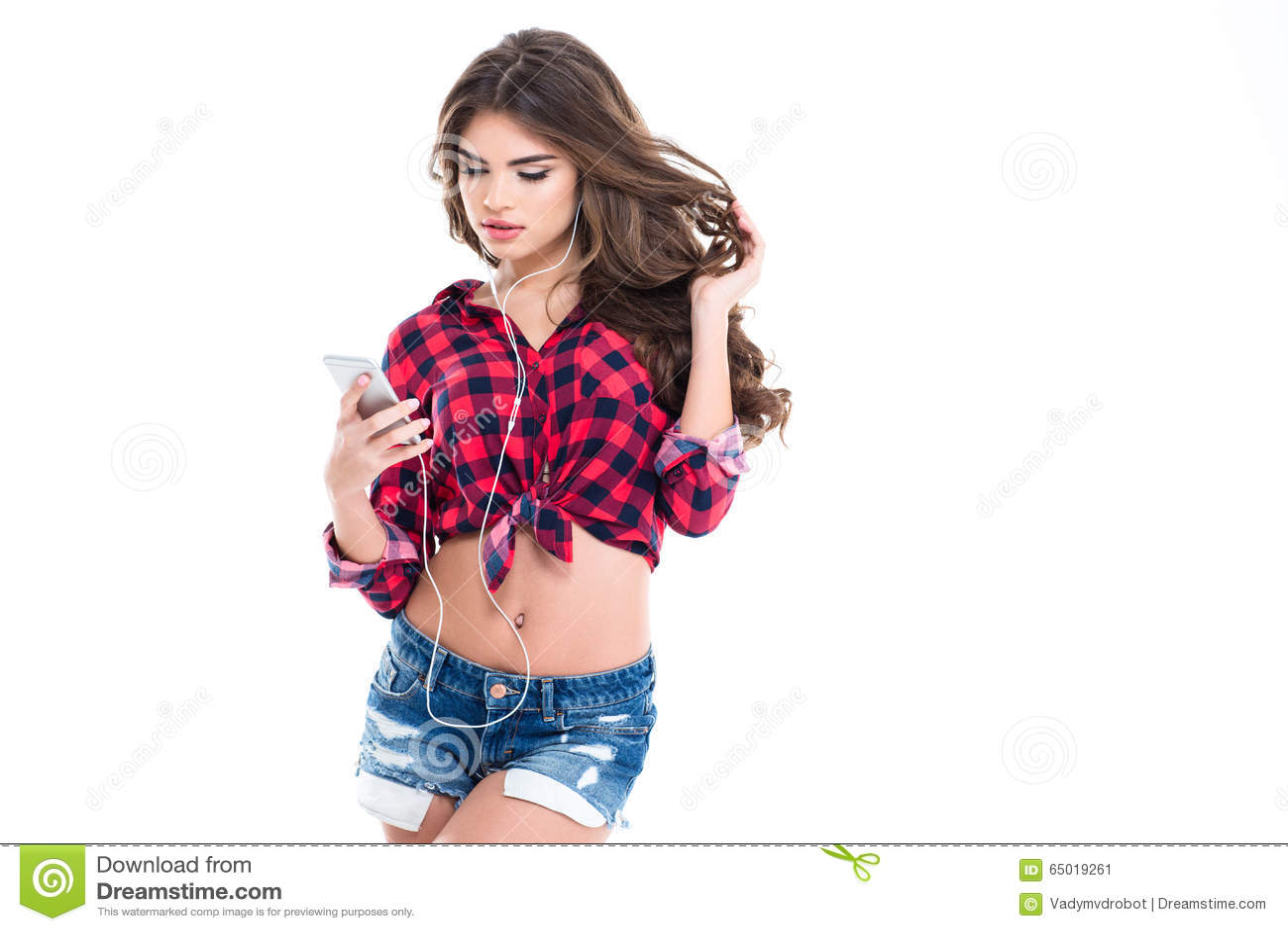 Atrakcyjna powabna młoda kobieta słucha muzyczny używa telefon komórkowy