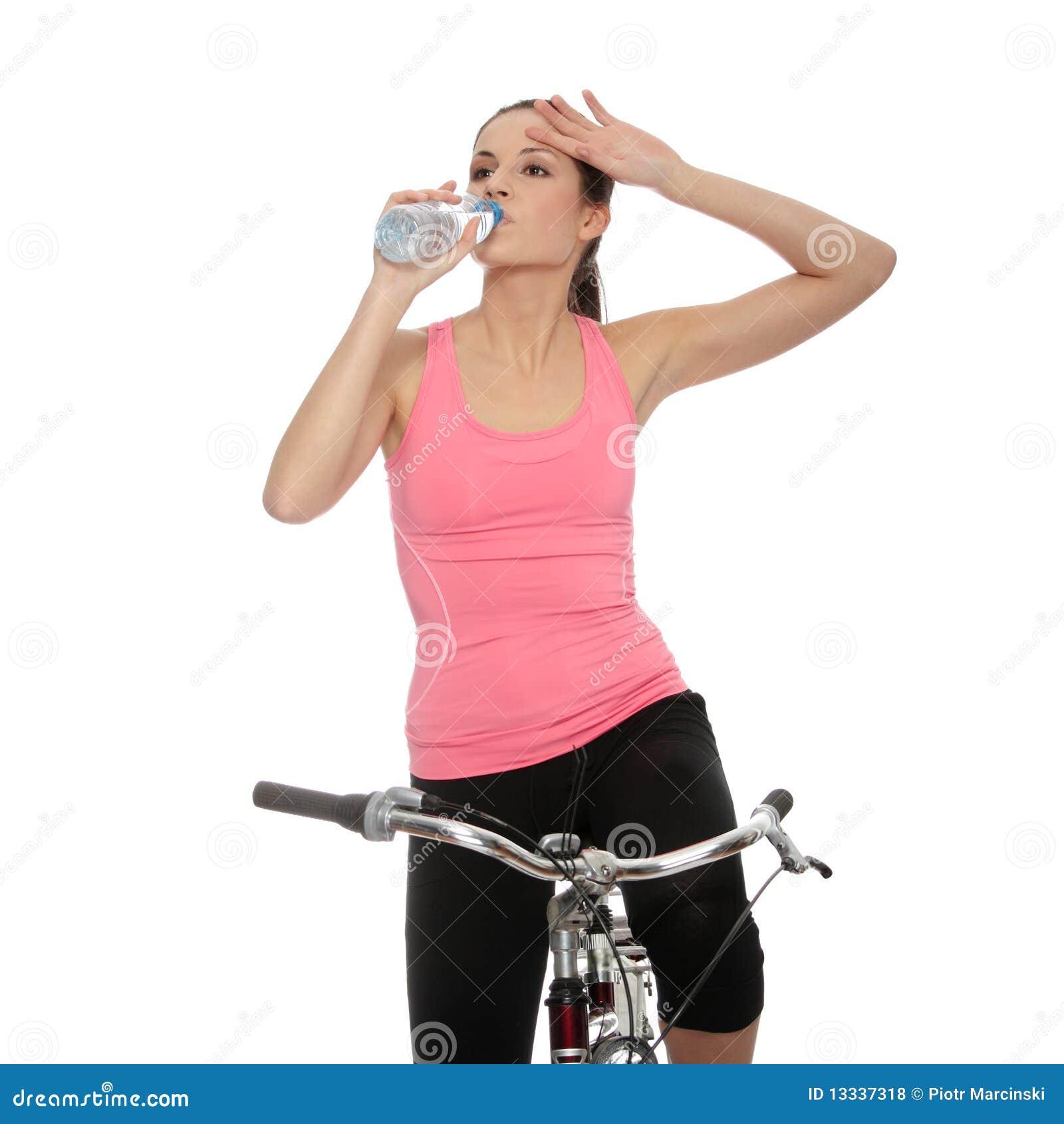 Atrakcyjna roweru brunetki kobieta