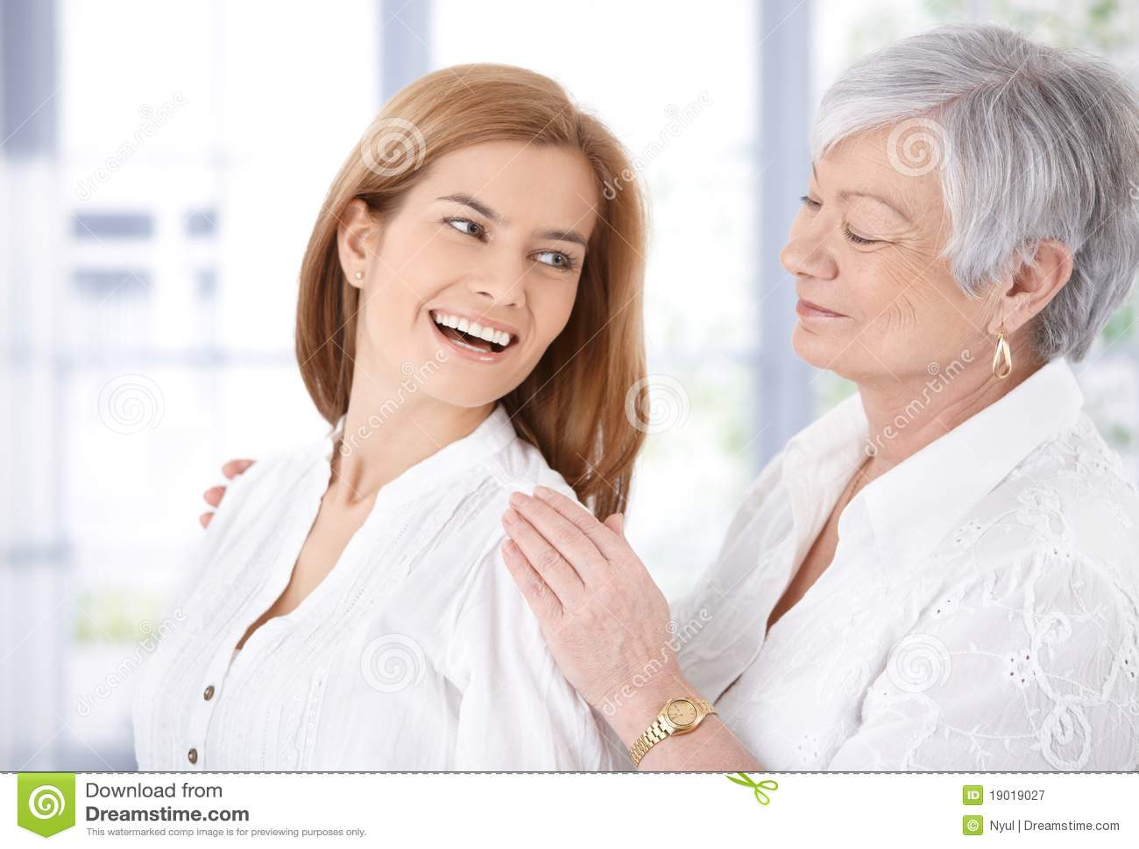 Atrakcyjna roześmiana macierzysta starsza kobieta