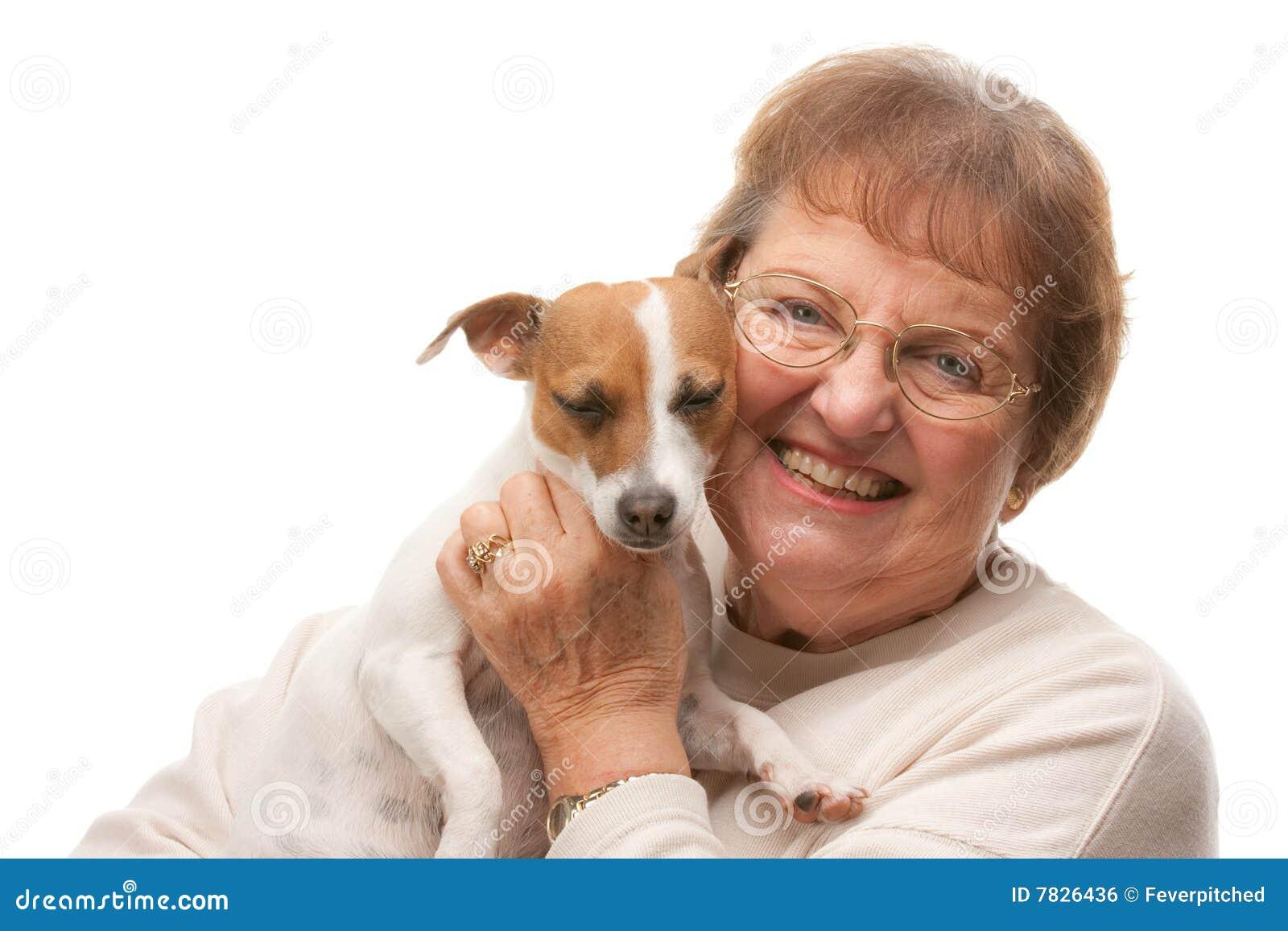 Atrakcyjna szczęśliwa szczeniaka seniora kobieta