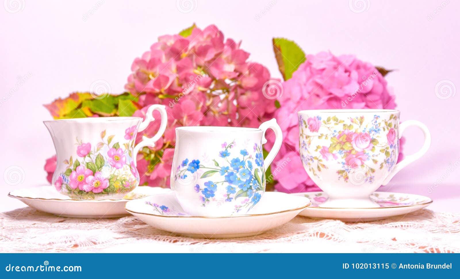 Atrakcyjne świetne kości porcelany herbaciane filiżanki na różowym tle