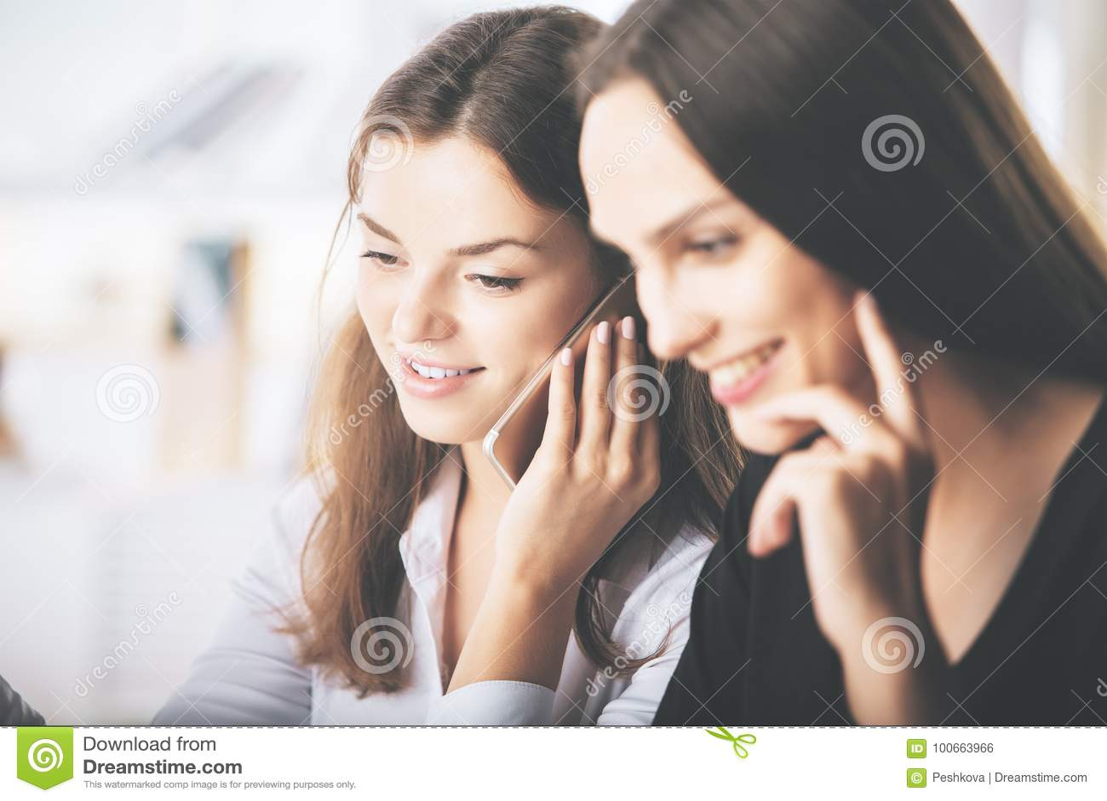 Atrakcyjne damy opowiada na telefonie