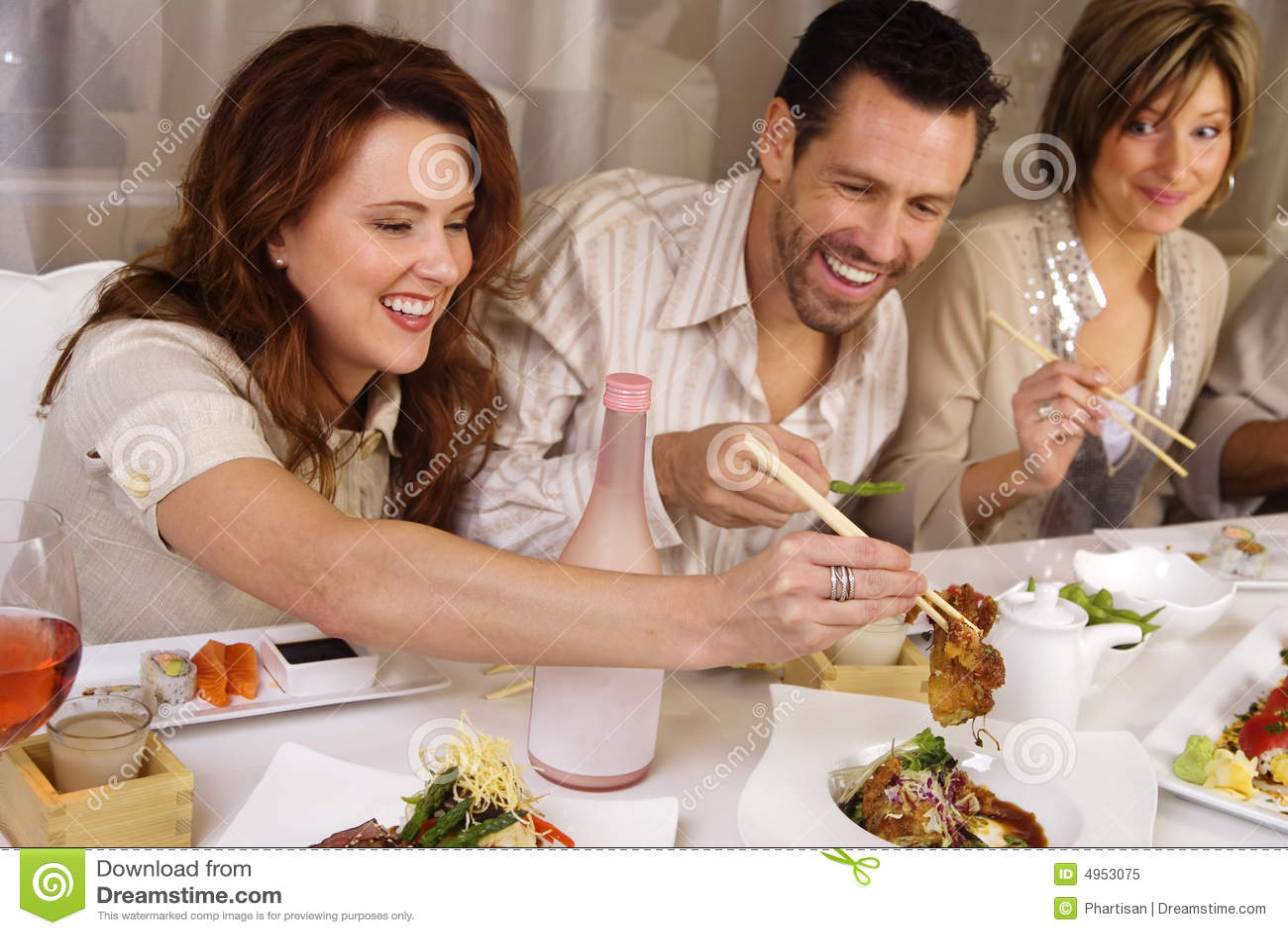 Atrakcyjne jedzenie grupy ludzi, by