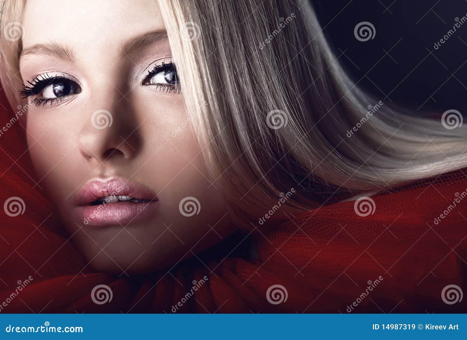 Atrakcyjnego piękna blond żabotu czerwony theatrical