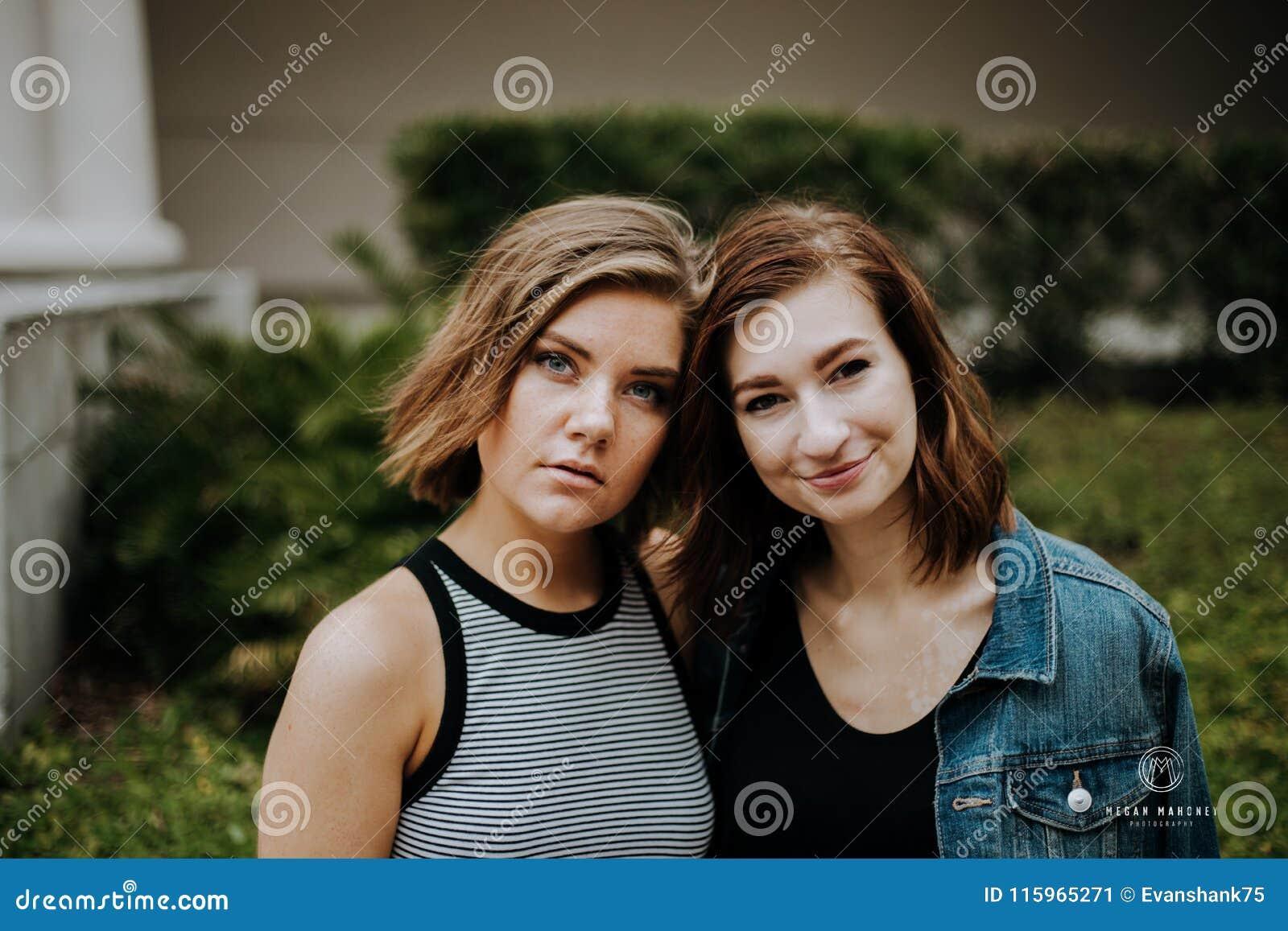 Atrakcyjni Młodzi Żeńscy najlepsi przyjaciele Modeluje zabawę przed Porosłym Miastowym budynkiem i Ma
