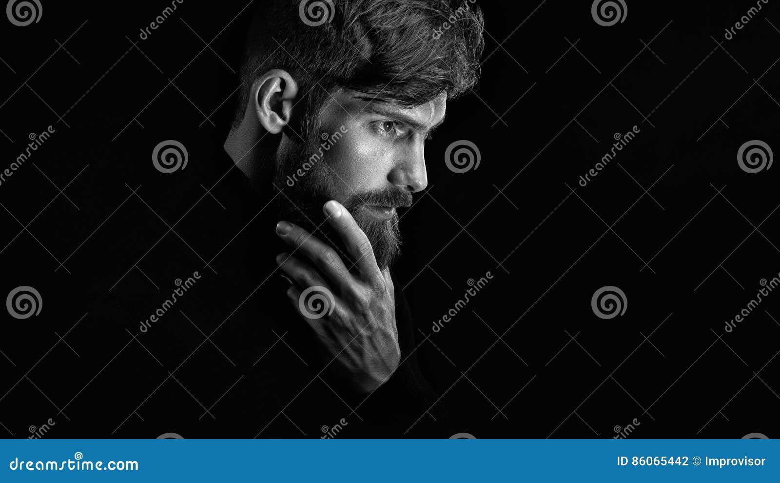 Atrakcyjni zadumani młodych człowieków spojrzenia w dystansowego uderzanie cześć