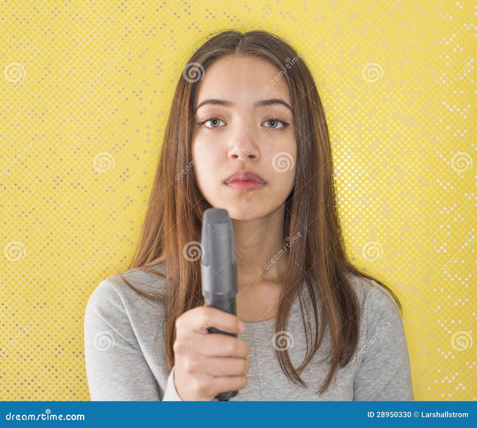 Atrakcyjny żeński reportera mienia mikrofon
