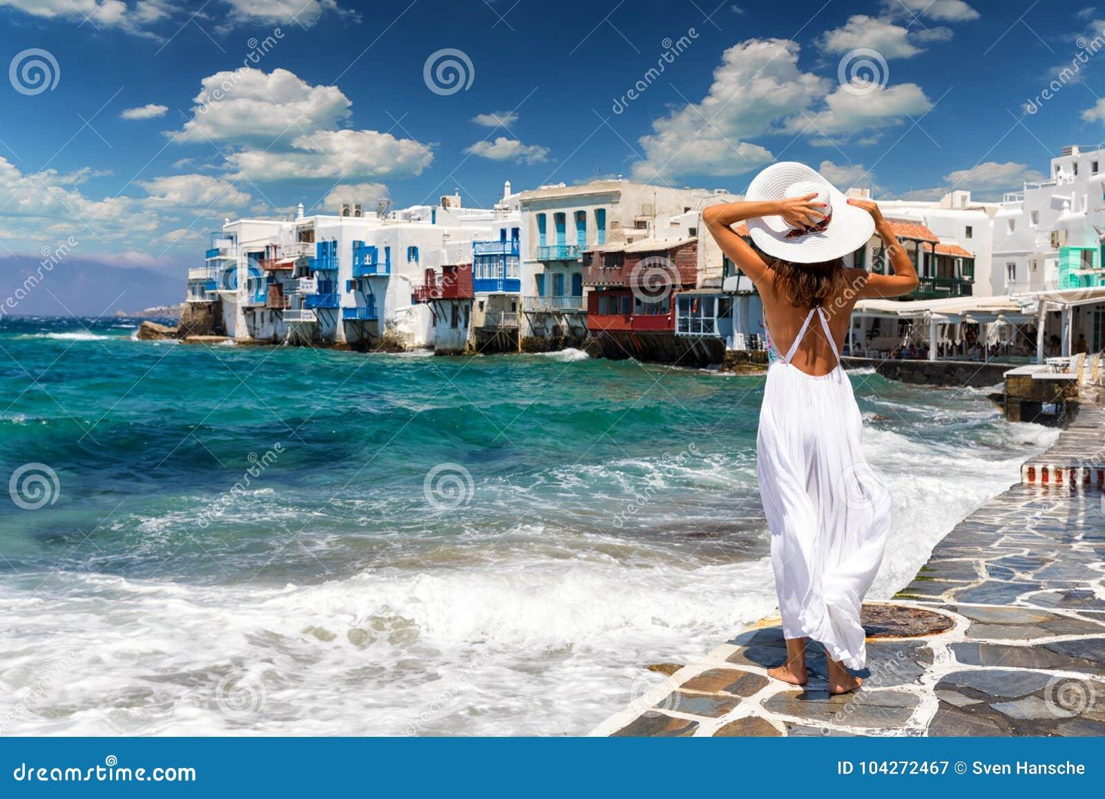 Atrakcyjny żeński turysta w sławnym Małym Wenecja na Mykonos wyspie, Grecja