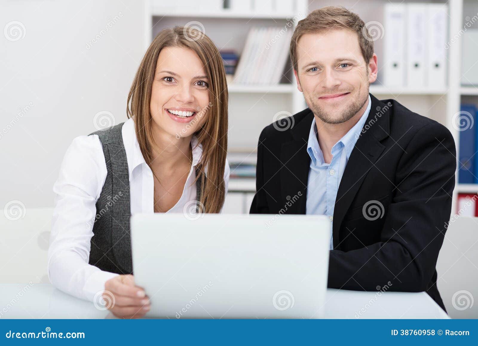 Atrakcyjny życzliwy młody biznesmen i kobieta