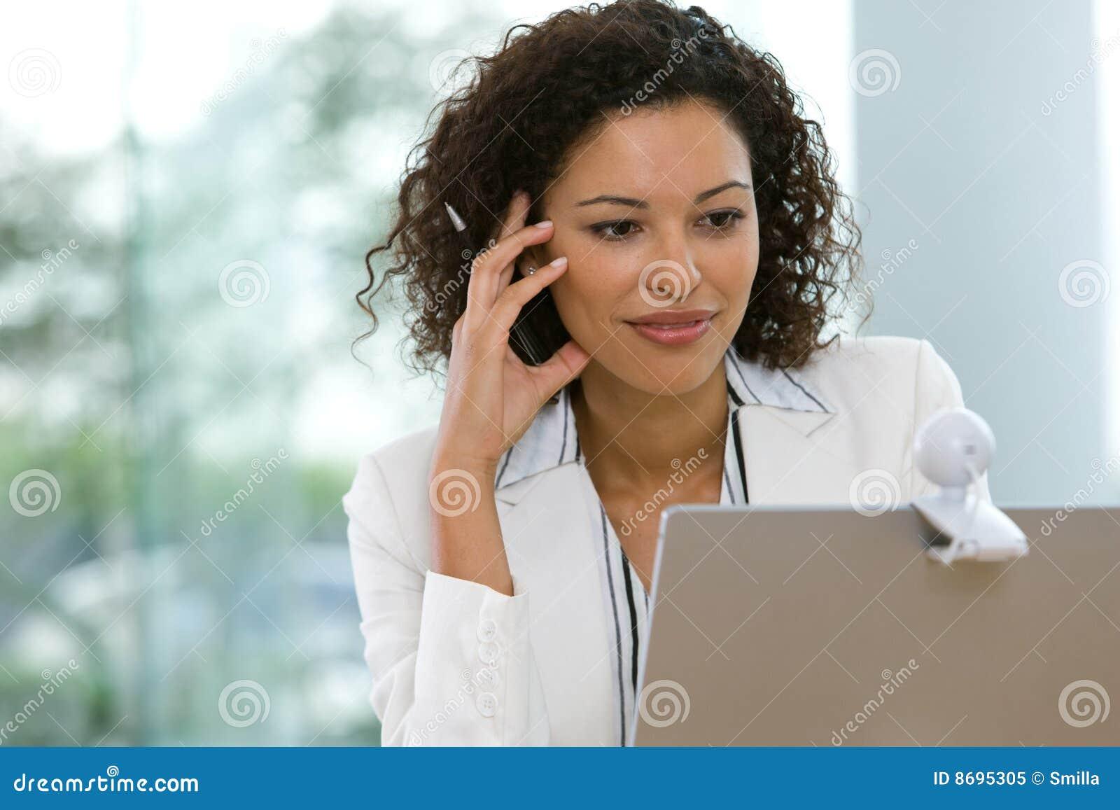Atrakcyjny biznesowy laptopu kobiety działanie