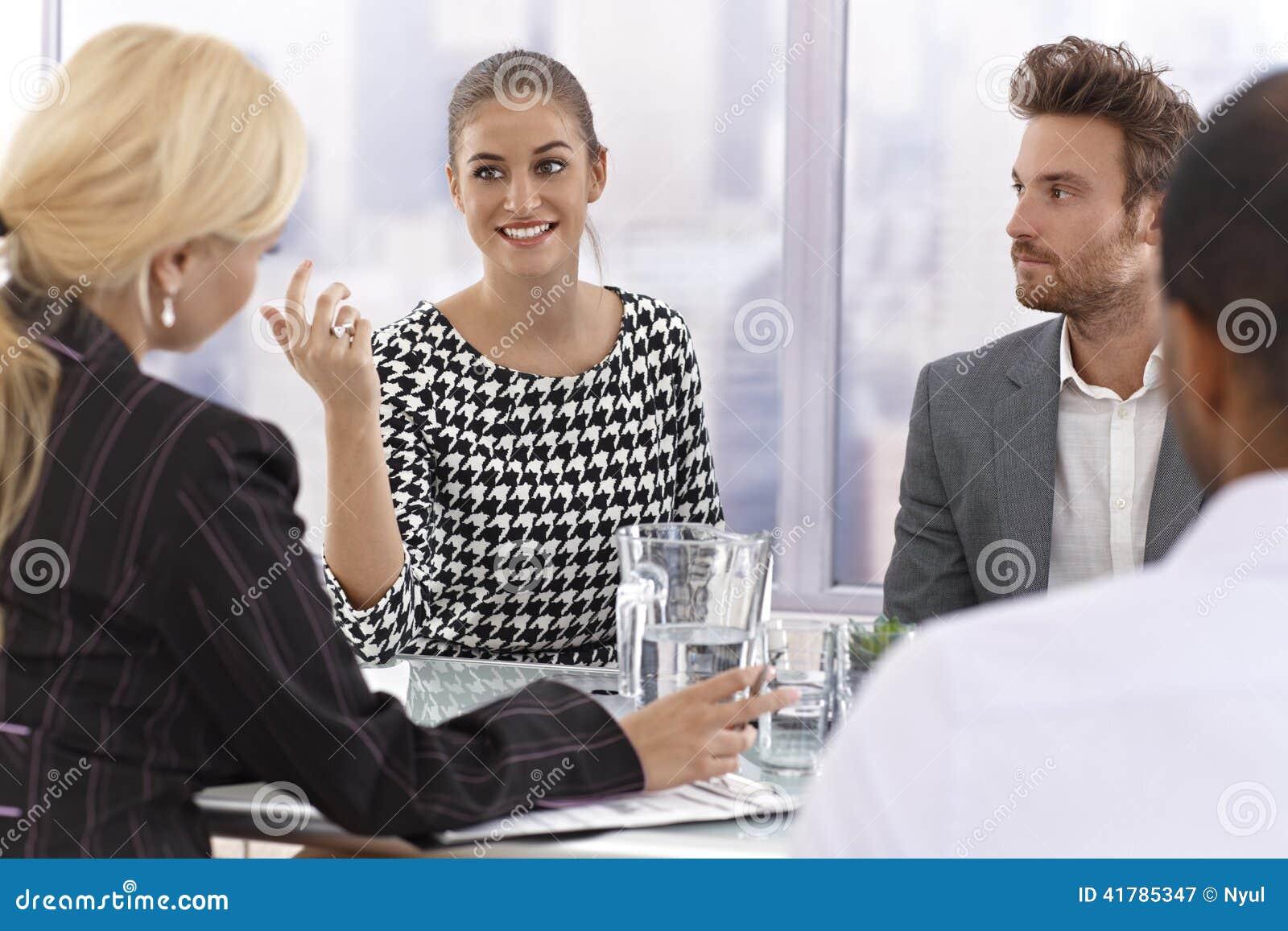Atrakcyjny bizneswoman opowiada przy spotkaniem