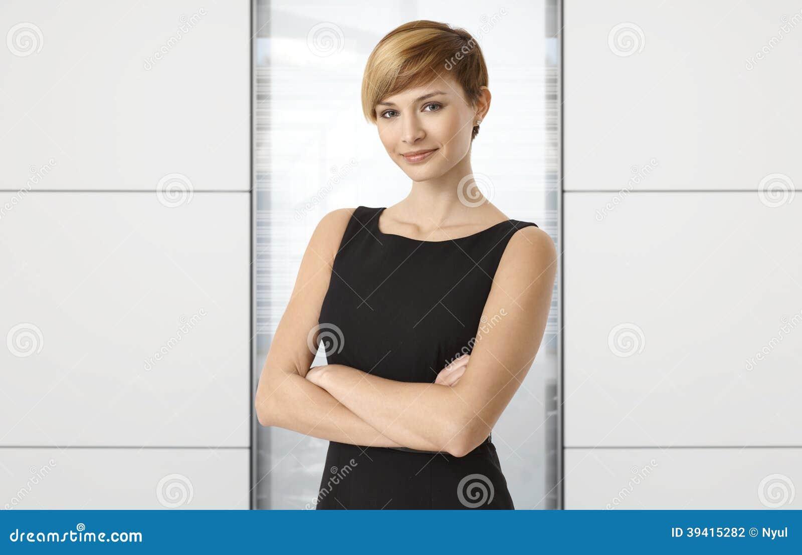 Atrakcyjny bizneswoman przy biurem