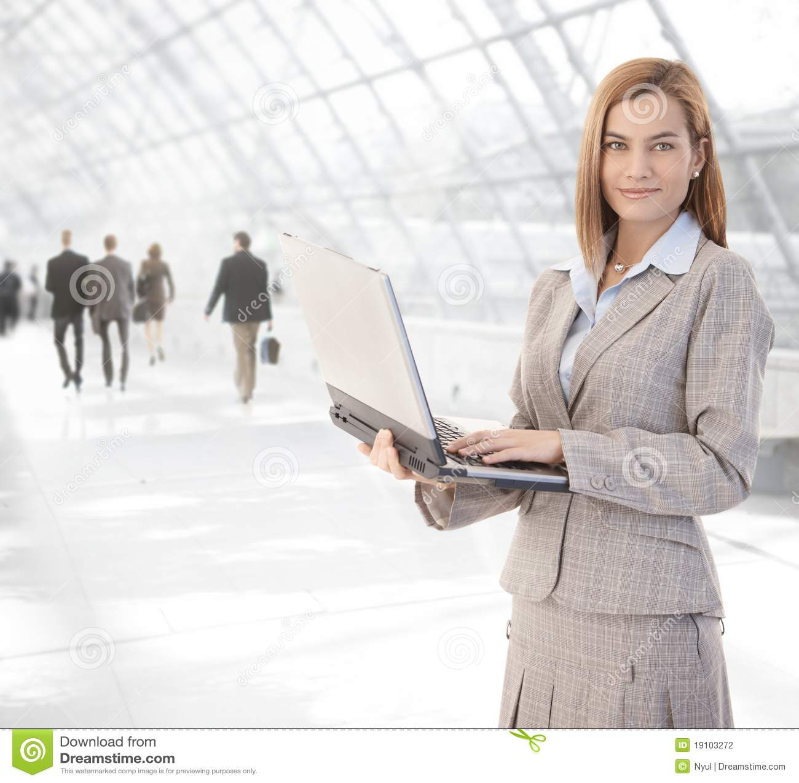 Atrakcyjny bizneswomanu laptopu przejścia używać