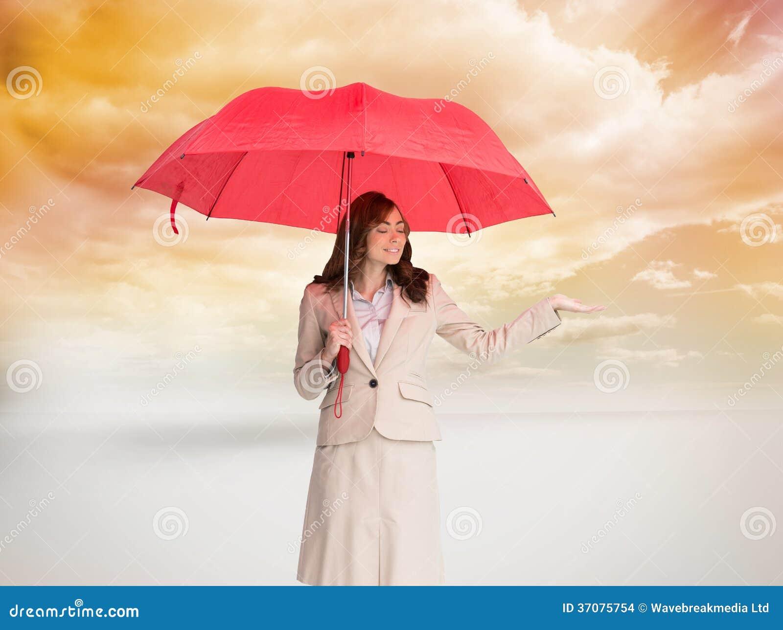 Download Atrakcyjny Bizneswomanu Mienia Czerwieni Parasol Zdjęcie Stock - Obraz złożonej z profesjonalizm, digitise: 37075754