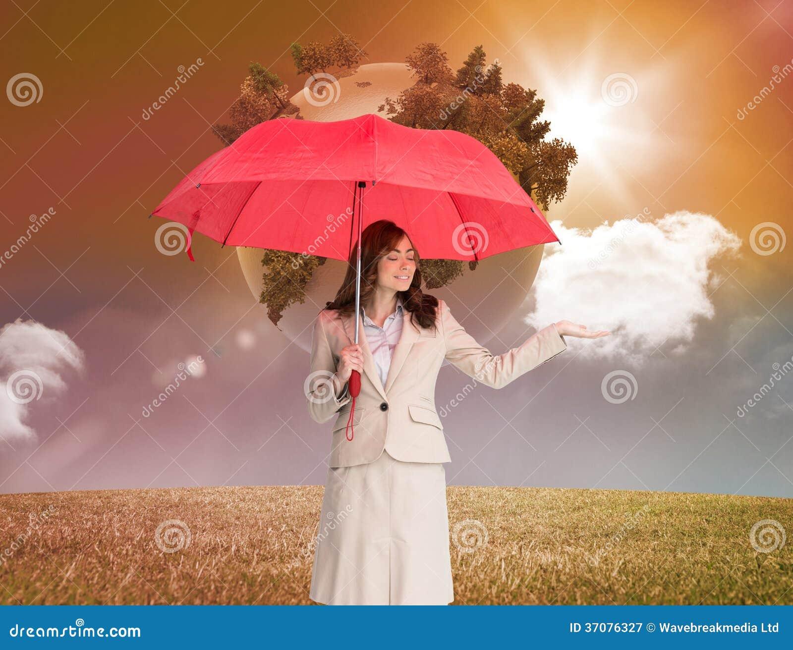 Download Atrakcyjny Bizneswomanu Mienia Czerwieni Parasol Obraz Stock - Obraz złożonej z światło, ziemia: 37076327