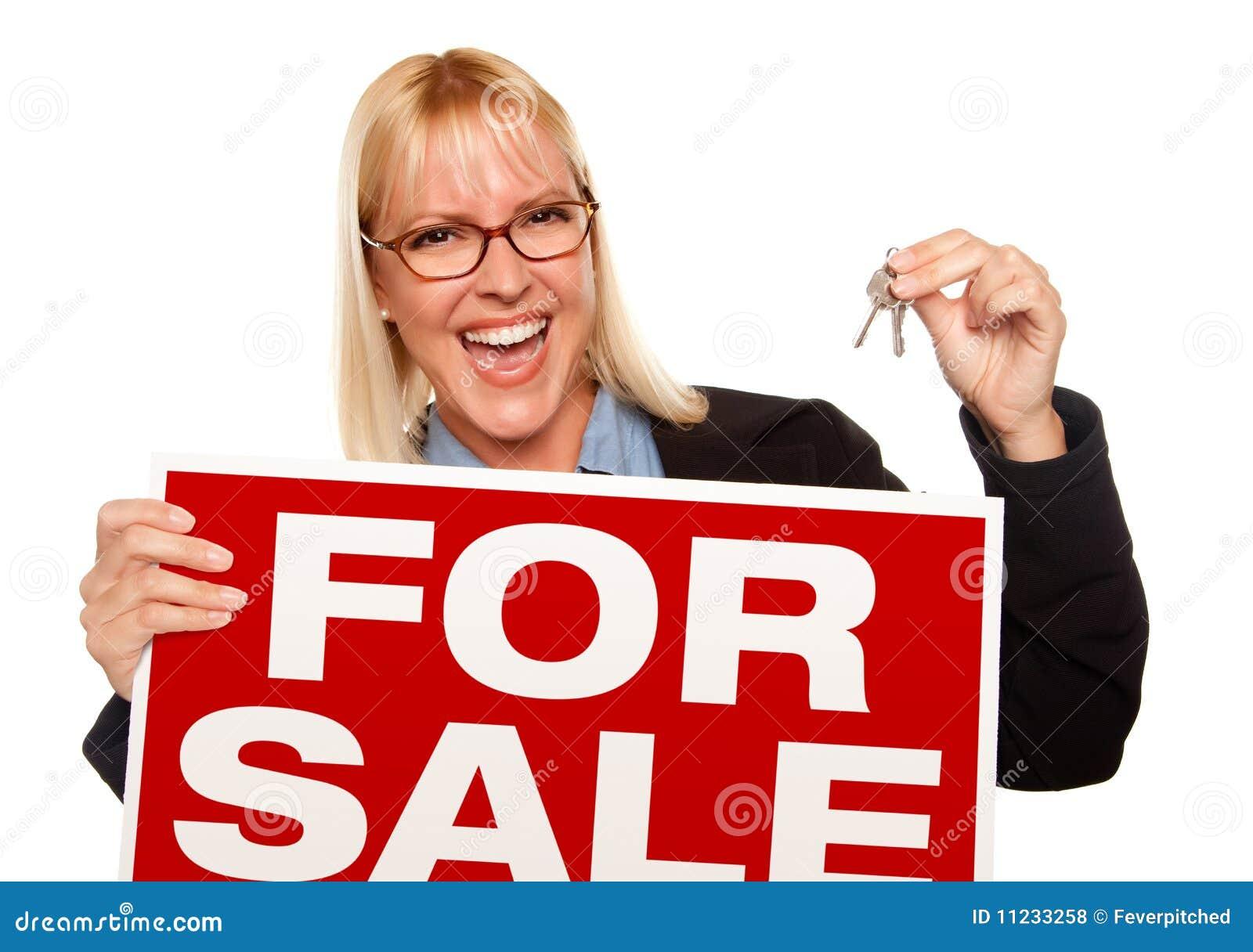 Atrakcyjny blondynki mienia kluczy sprzedaży znak