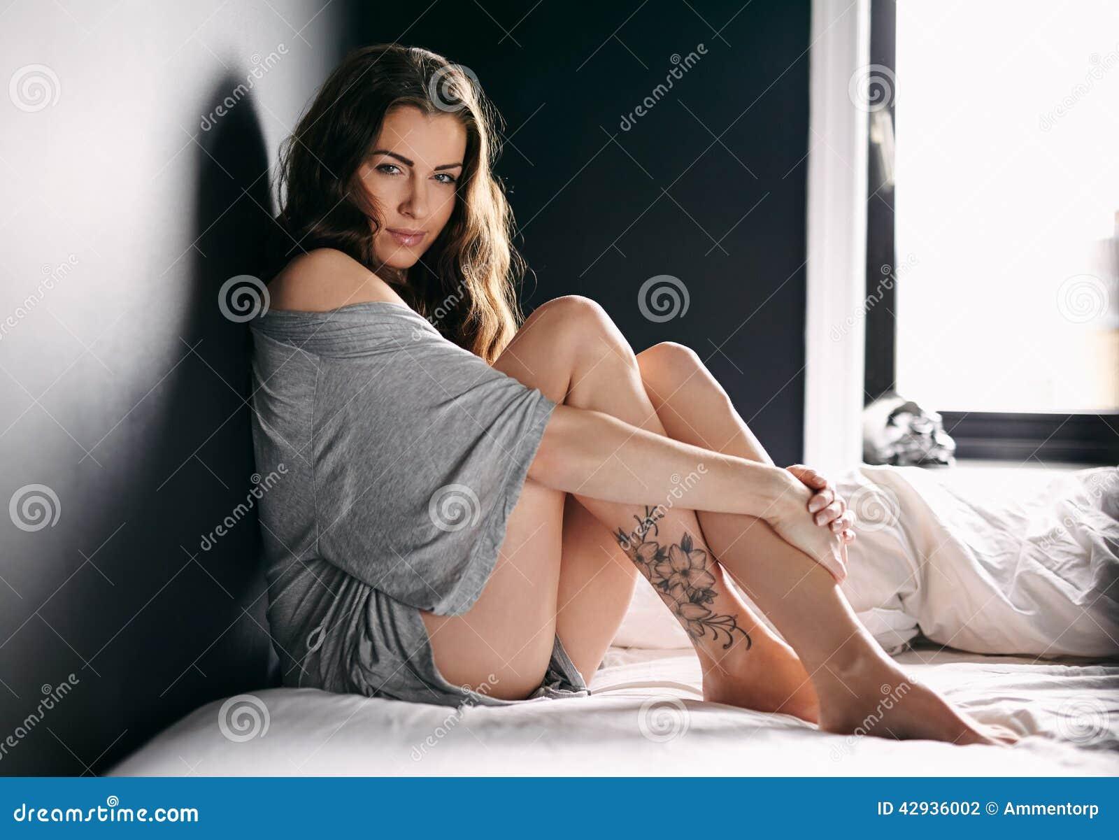 Atrakcyjny kobieta model na łóżku