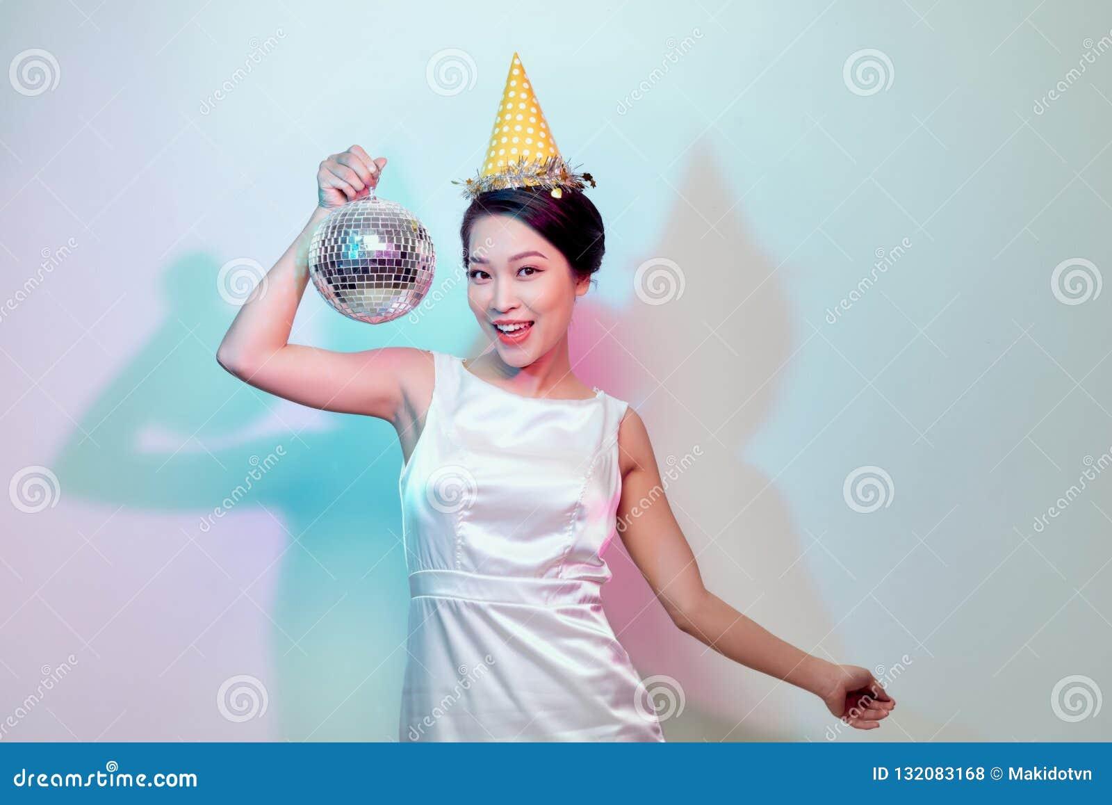 Atrakcyjny kobieta taniec w dyskotece