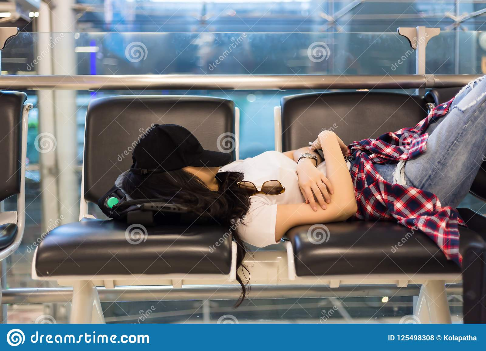 Atrakcyjny kobiety odczucie próbujący i zanudza, lot dostaje póżno, opóźnienie