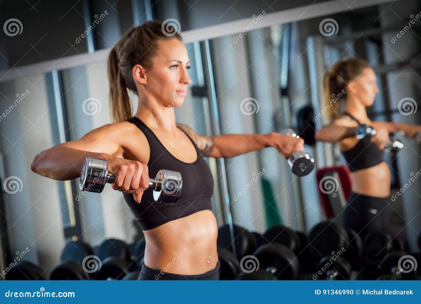 Atrakcyjny kobiety weightlifting przy gym