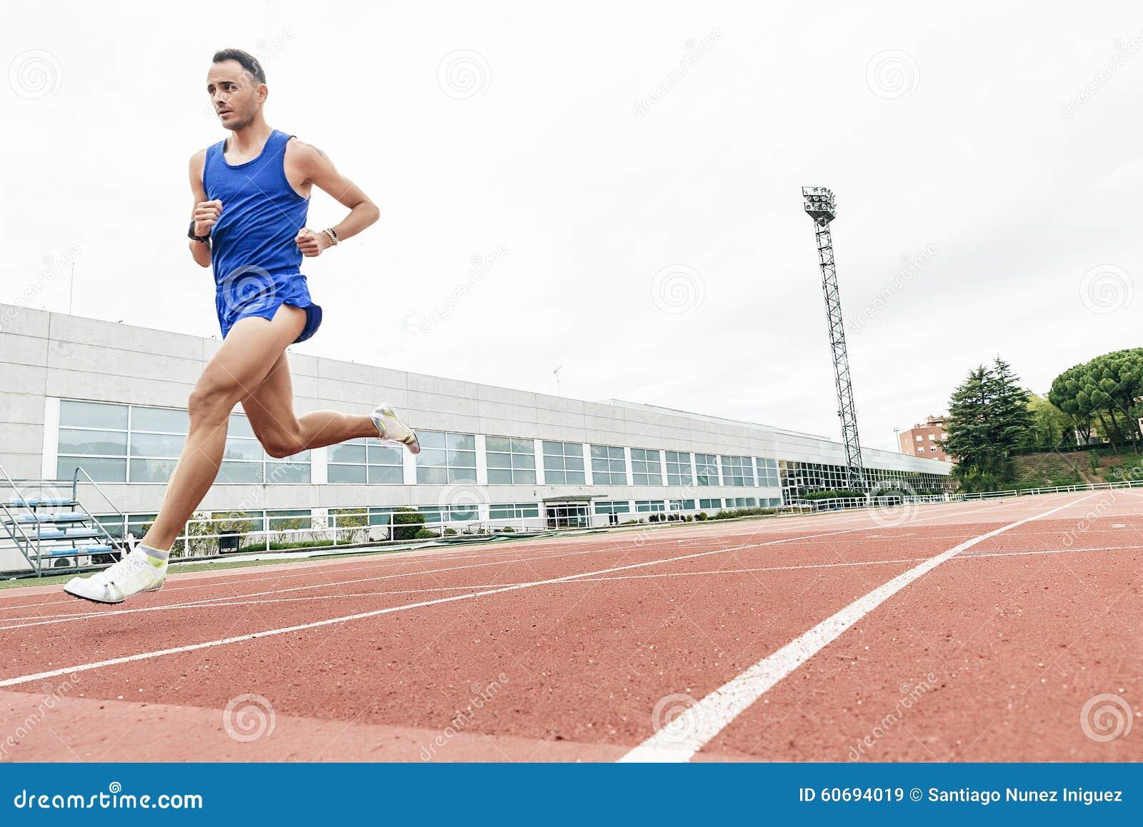 Atrakcyjny mężczyzna Szlakowej atlety bieg Na śladzie