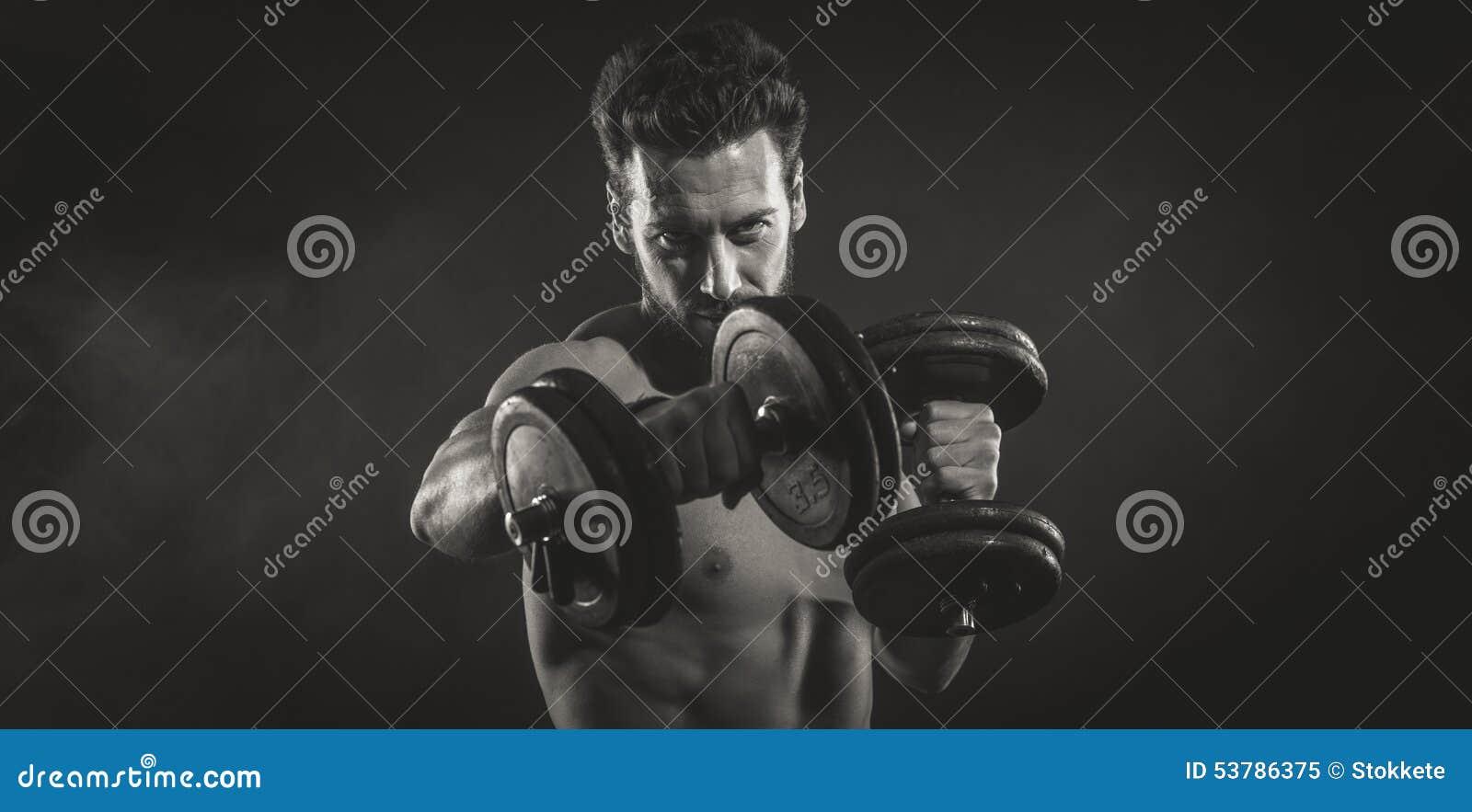 Atrakcyjny mężczyzna weightlifting