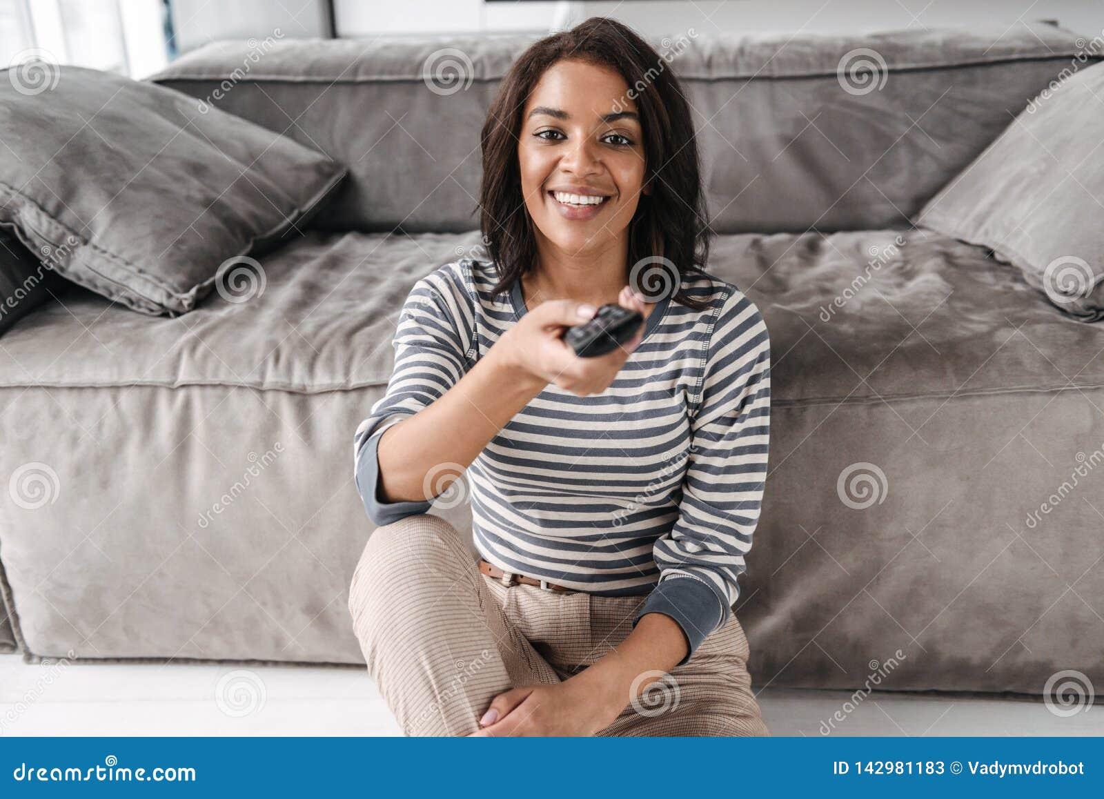 Atrakcyjny młody afro amerykański kobiety obsiadanie na leżance