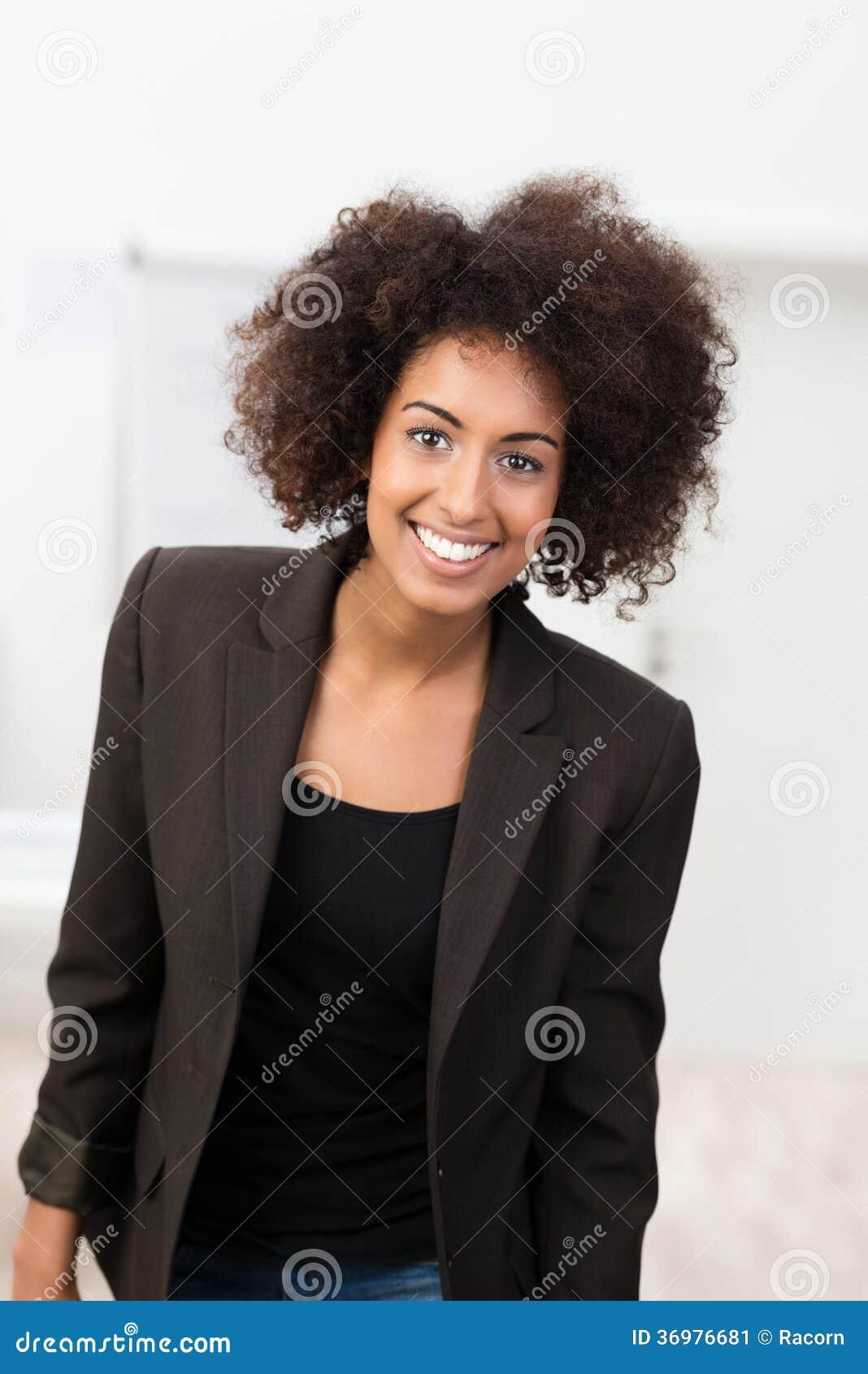 Atrakcyjny młody amerykanina afrykańskiego pochodzenia uczeń