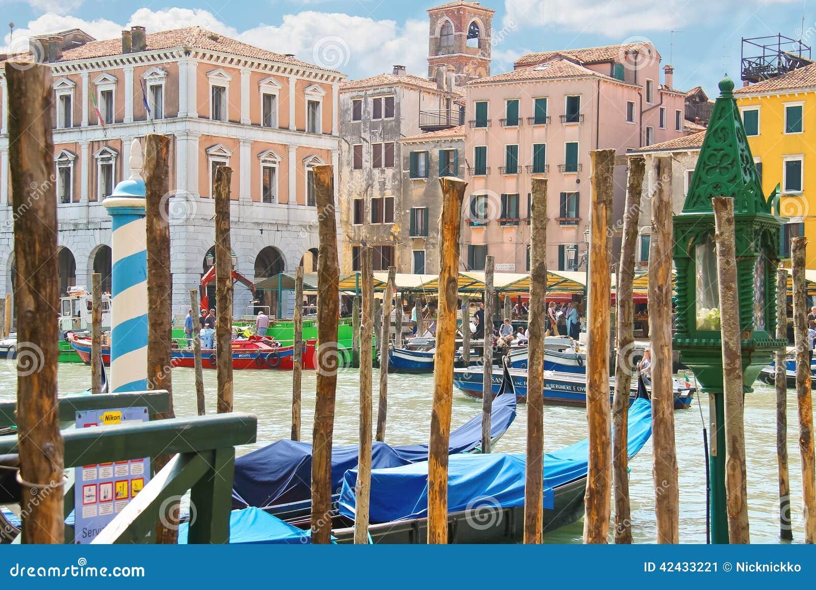 Atraque los pilares del servicio de la góndola en Grand Canal en Venecia,