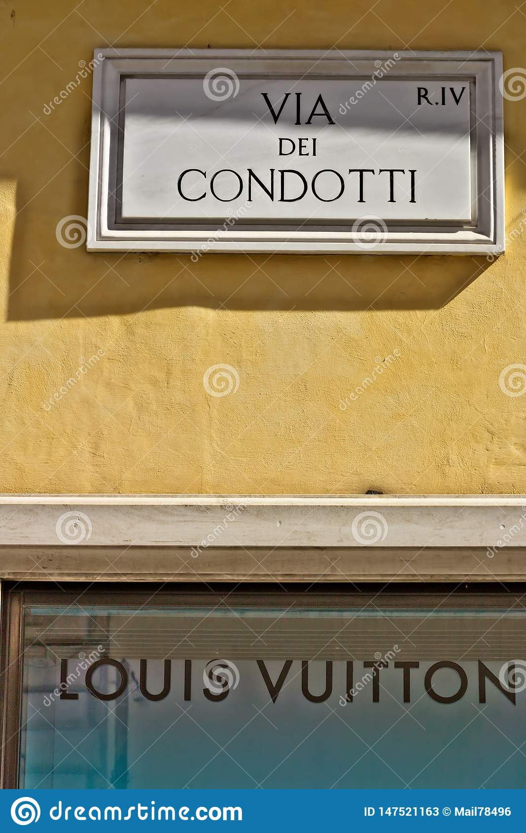 Através da rua de Dei Condotti assine dentro Roma Sinal inferior do boutique de Louis Vuitton