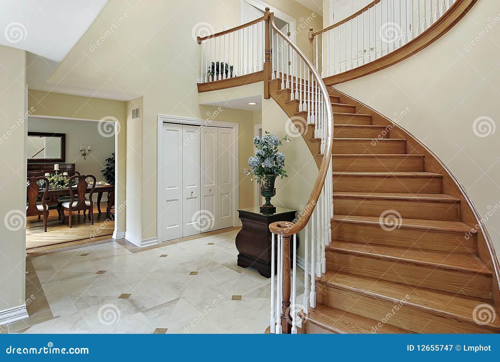 Atrio con la scala curva immagine stock immagine di for Piani di casa con scala curva