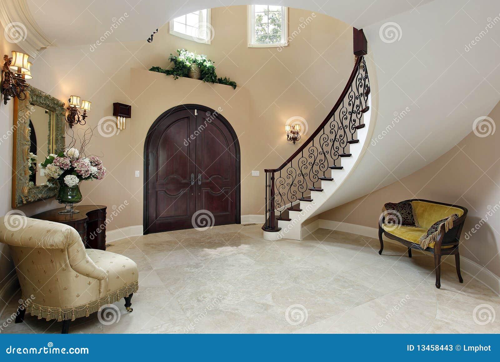 Atrio con la scala curva immagine stock immagine di casa for Piani di casa con scala curva