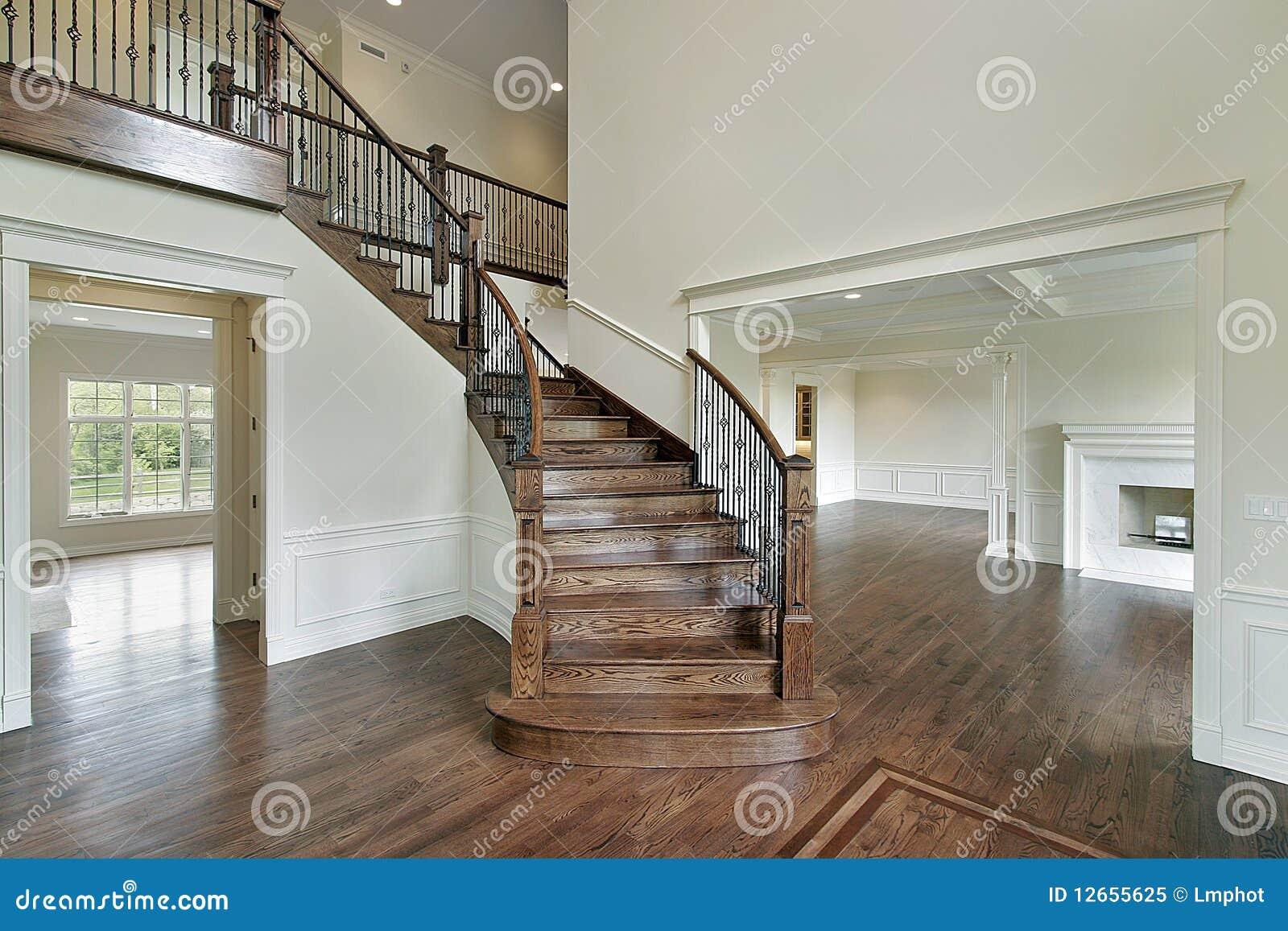 Atrio con la scala di legno fotografia stock libera da - Scale di casa ...