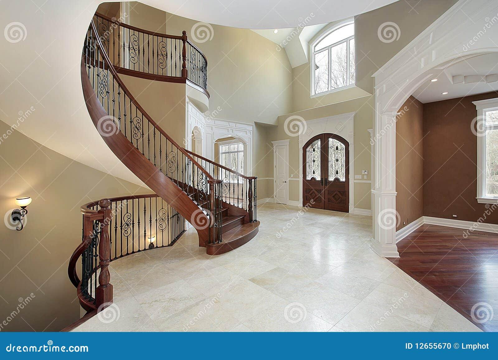 Atrio e scala nella casa di lusso fotografia stock for Case di lusso di nuova costruzione