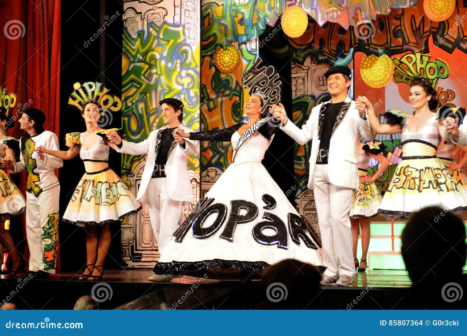 Atrizes e atores na fase que guarda as mãos, interior do teatro, peça musical - Hip Hop