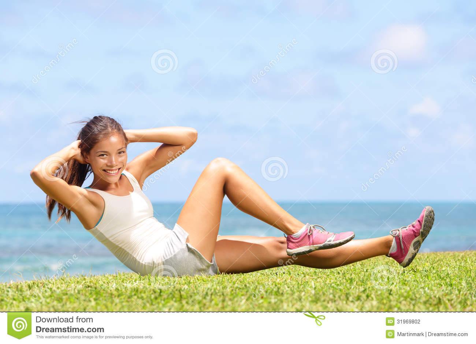 Att öva konditionkvinnan som att göra sitter, ups utanför