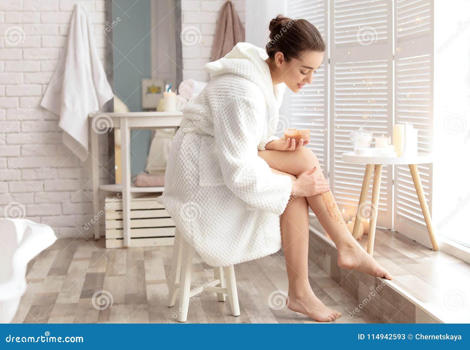 Att applicera för ung kvinna som är naturligt, skurar på hennes hud