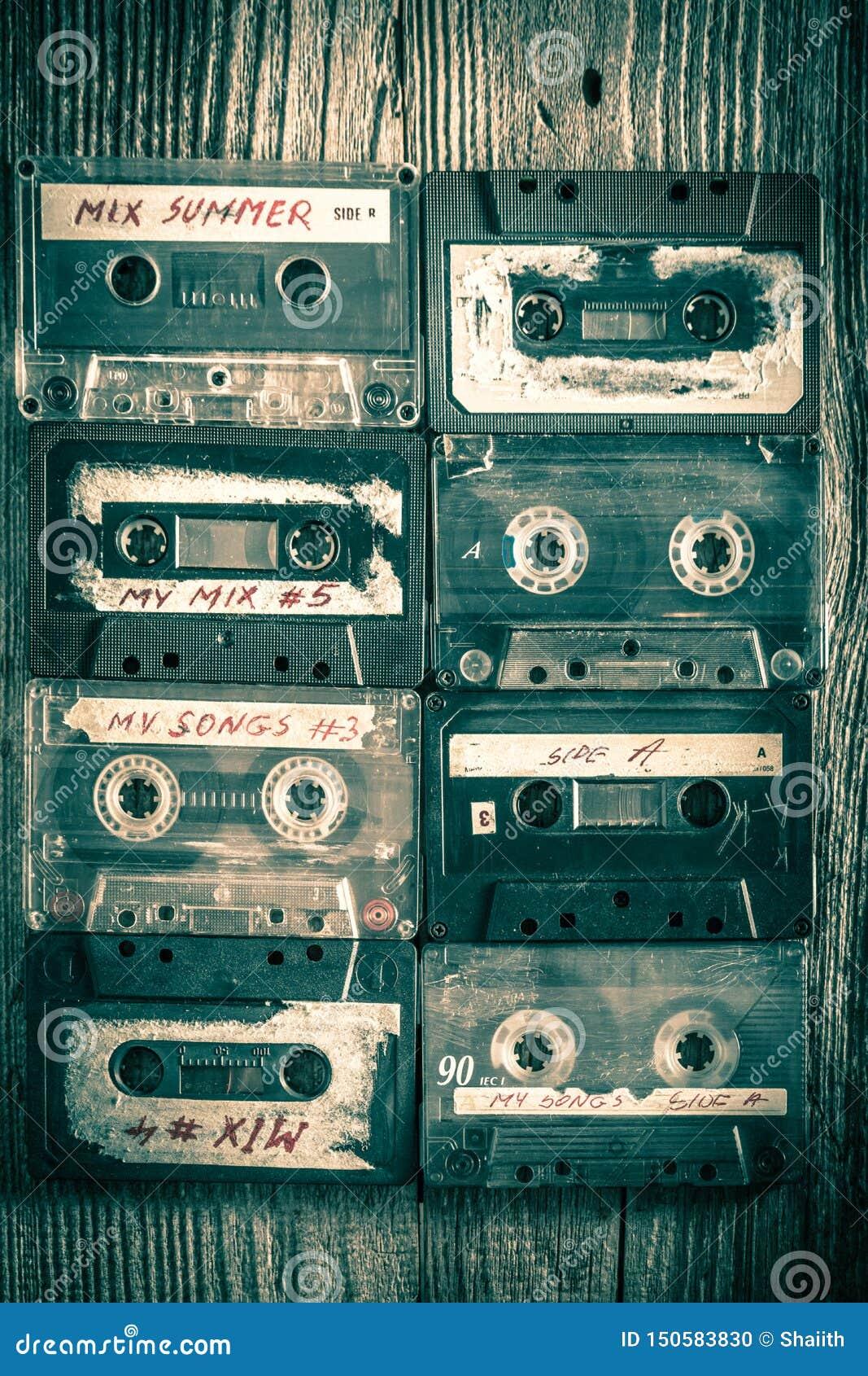 Att att beskåda av retro ställen för kassettband i ett raster