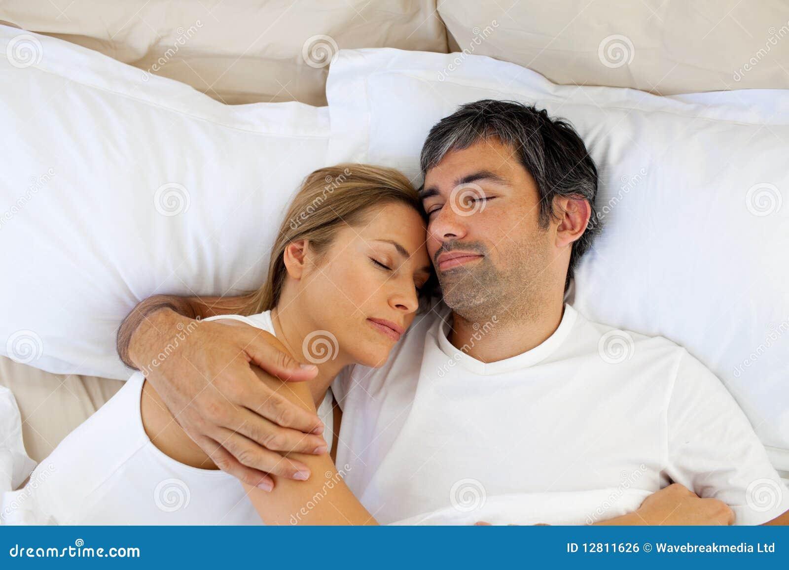 Att bry sig vänner som sovar att ligga på underlaget